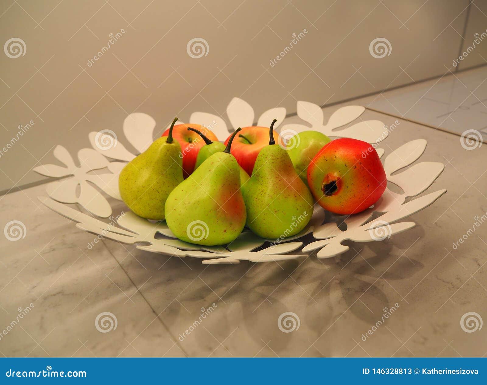 Frutti Sul Piatto Come Decorazione Del Tavolo Da Cucina ...