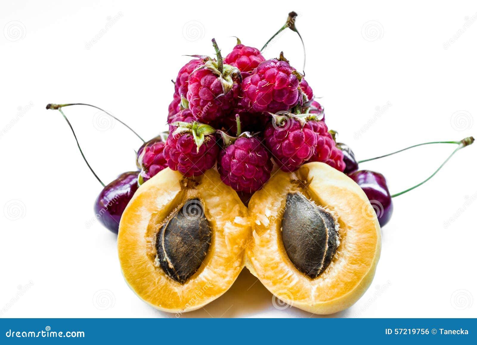 Fruttifica le albicocche, le ciliegie ed i lamponi