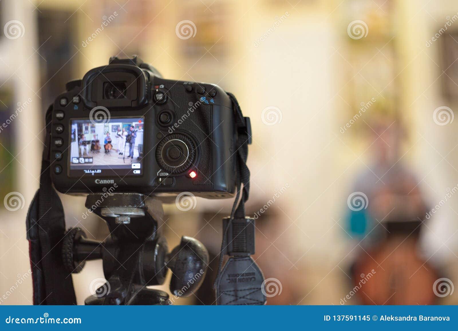 Fryazino, Rusland - 05 22 2018: Canon-de camera op een driepoot registreert het overleg