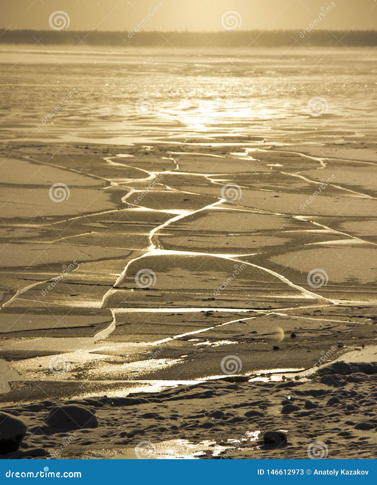 Fryste vattnet i den Siberian floden