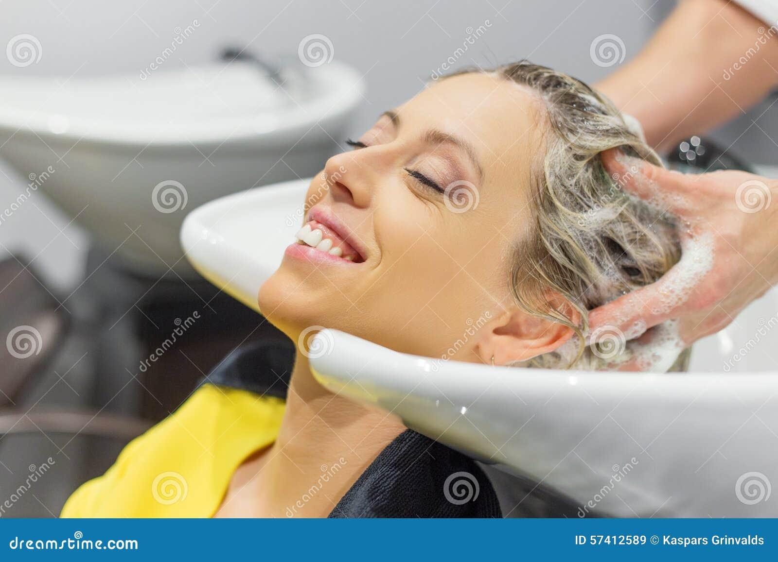 Fryzjer blondynki kobiety płuczkowy włosy