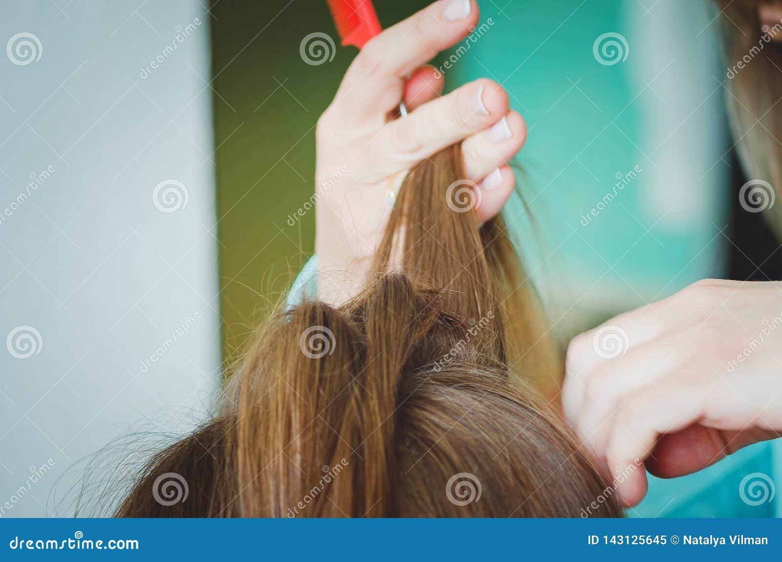 Fryzjer czesze jej włosy klient Ręki, zakończenie