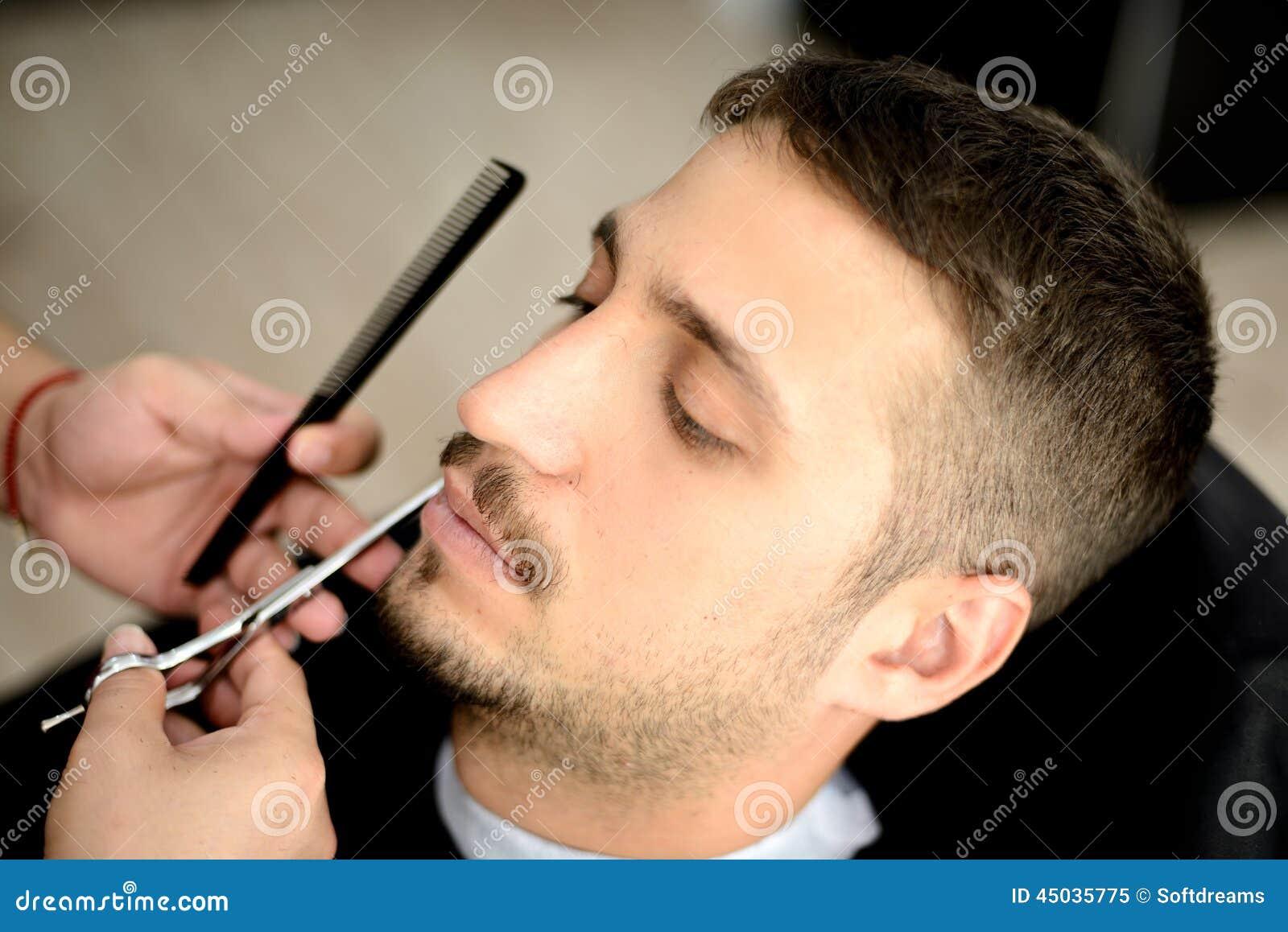 Fryzjer męski i klient