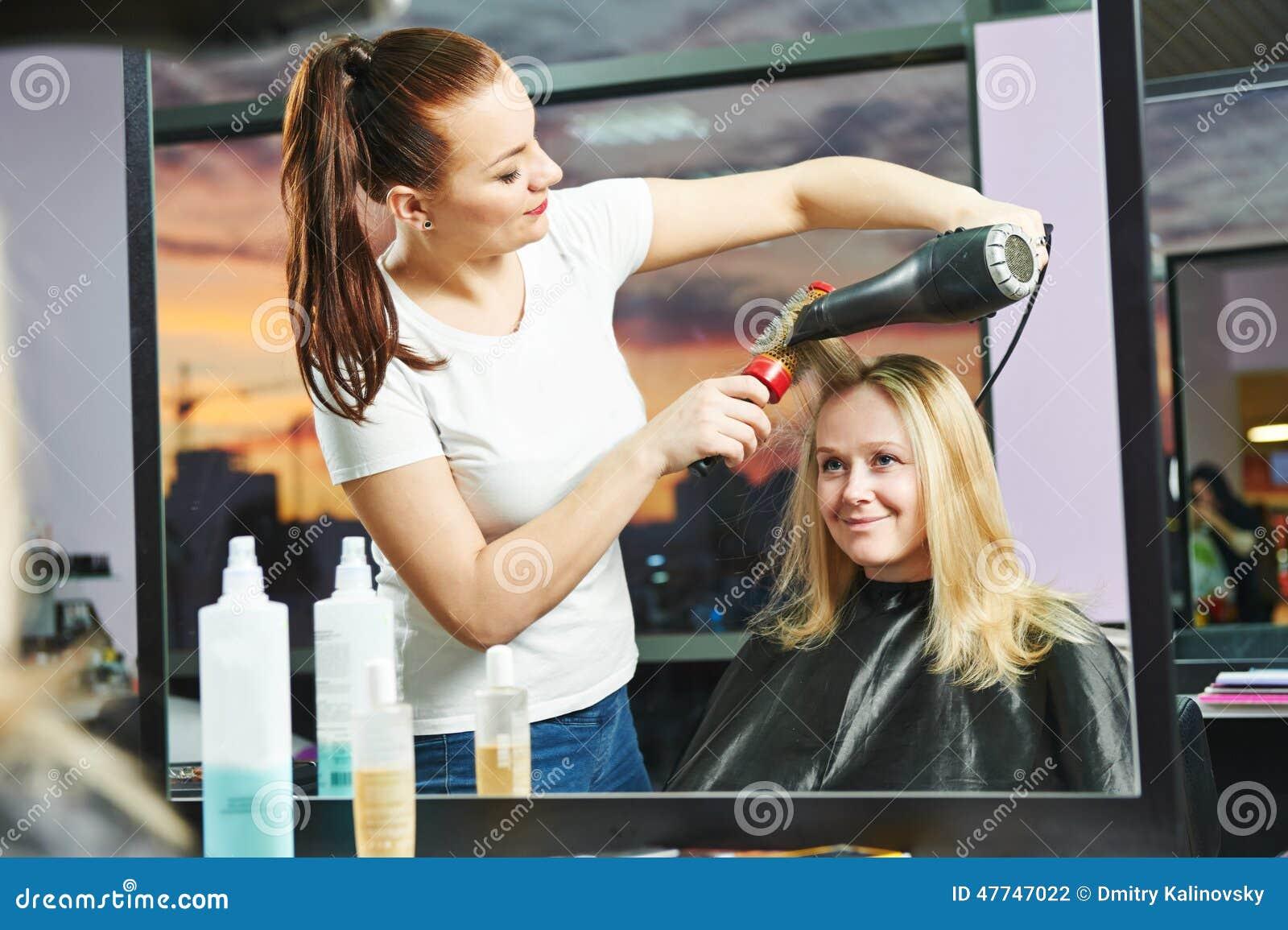Fryzjer przy pracą piec do suszenia włosów