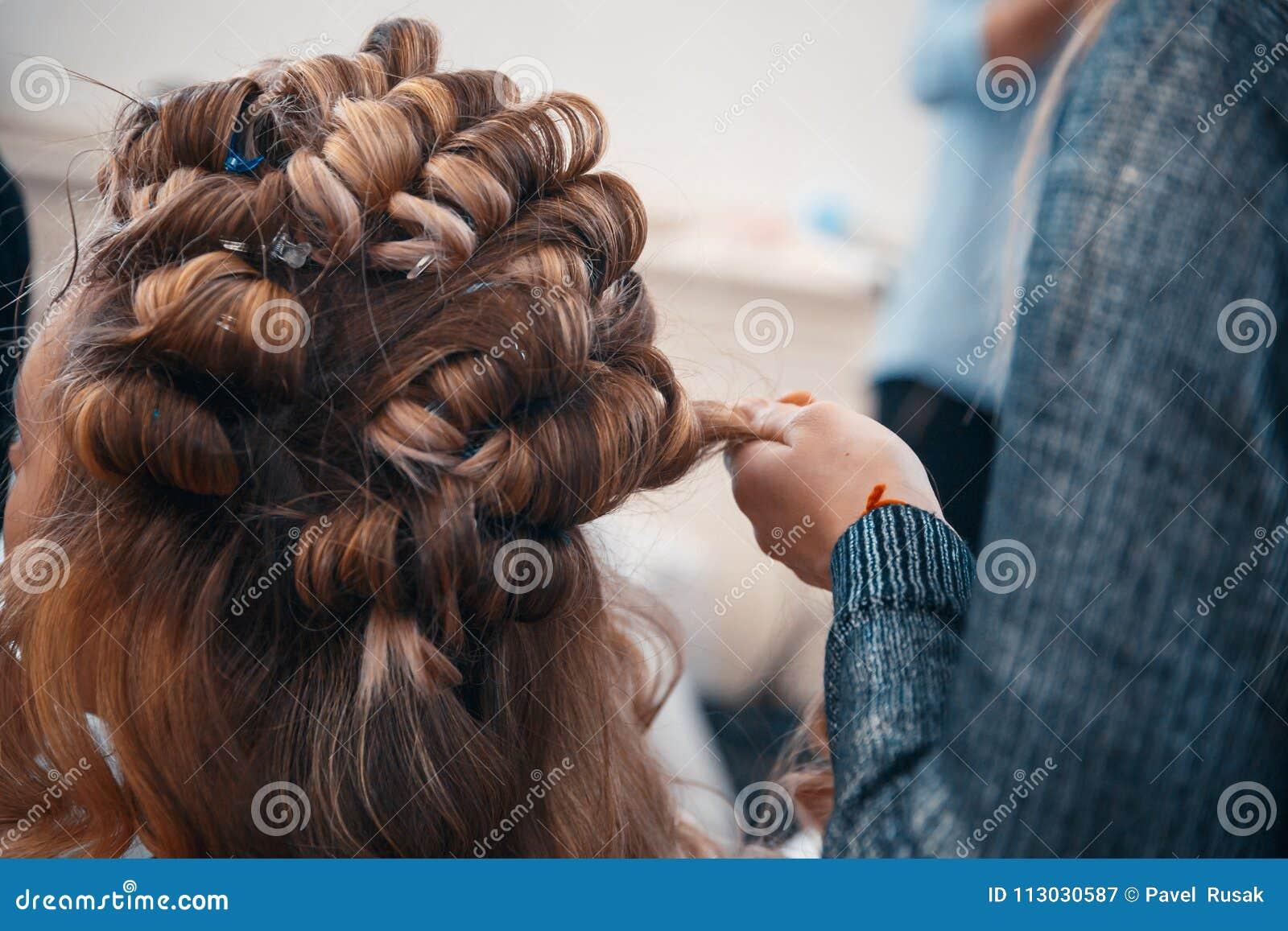 Fryzjer robi włosianym rozszerzeniom młoda dziewczyna