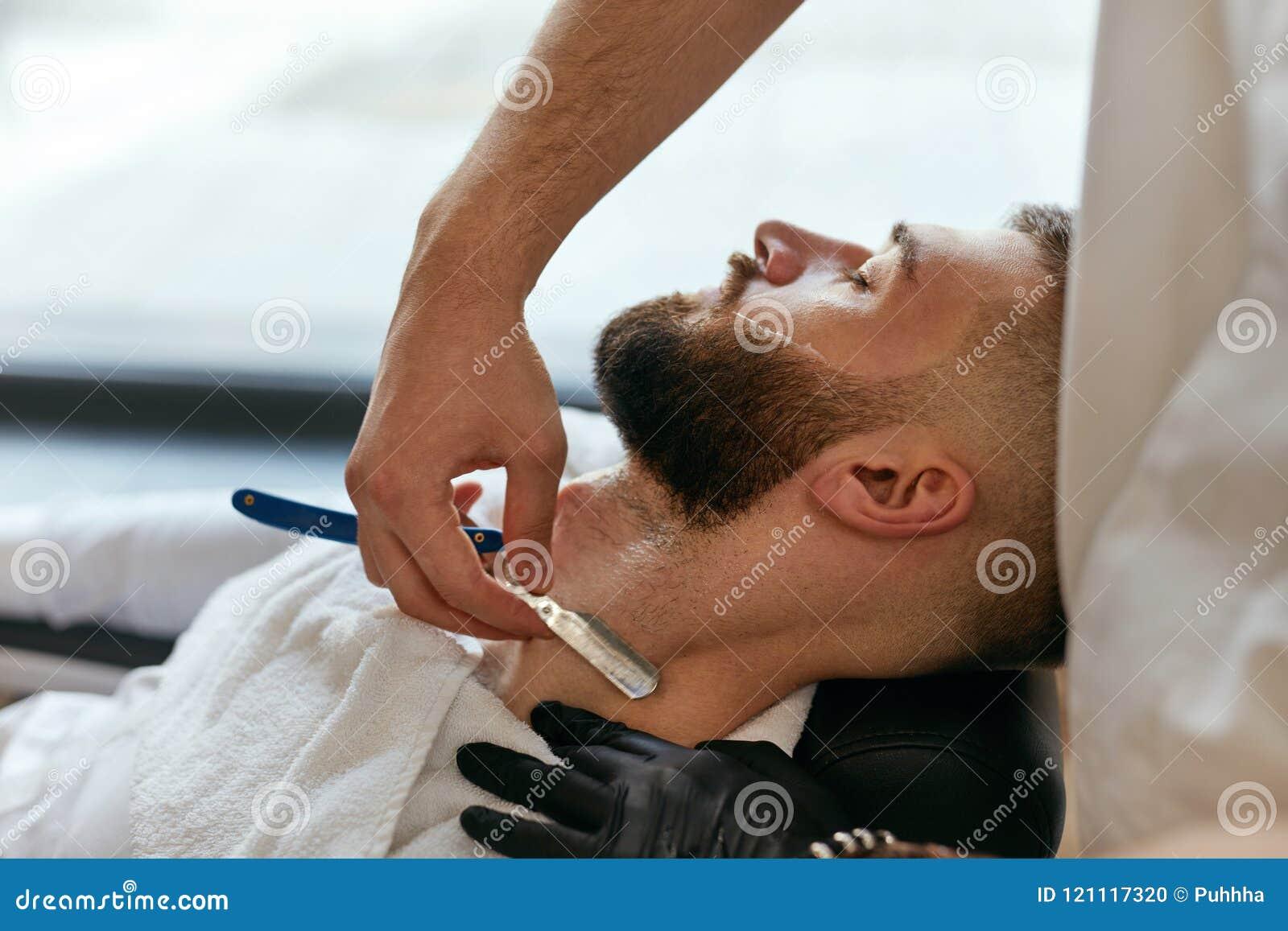 Fryzjera męskiego golenia mężczyzna broda Z Prostą żyletką W fryzjera męskiego sklepie