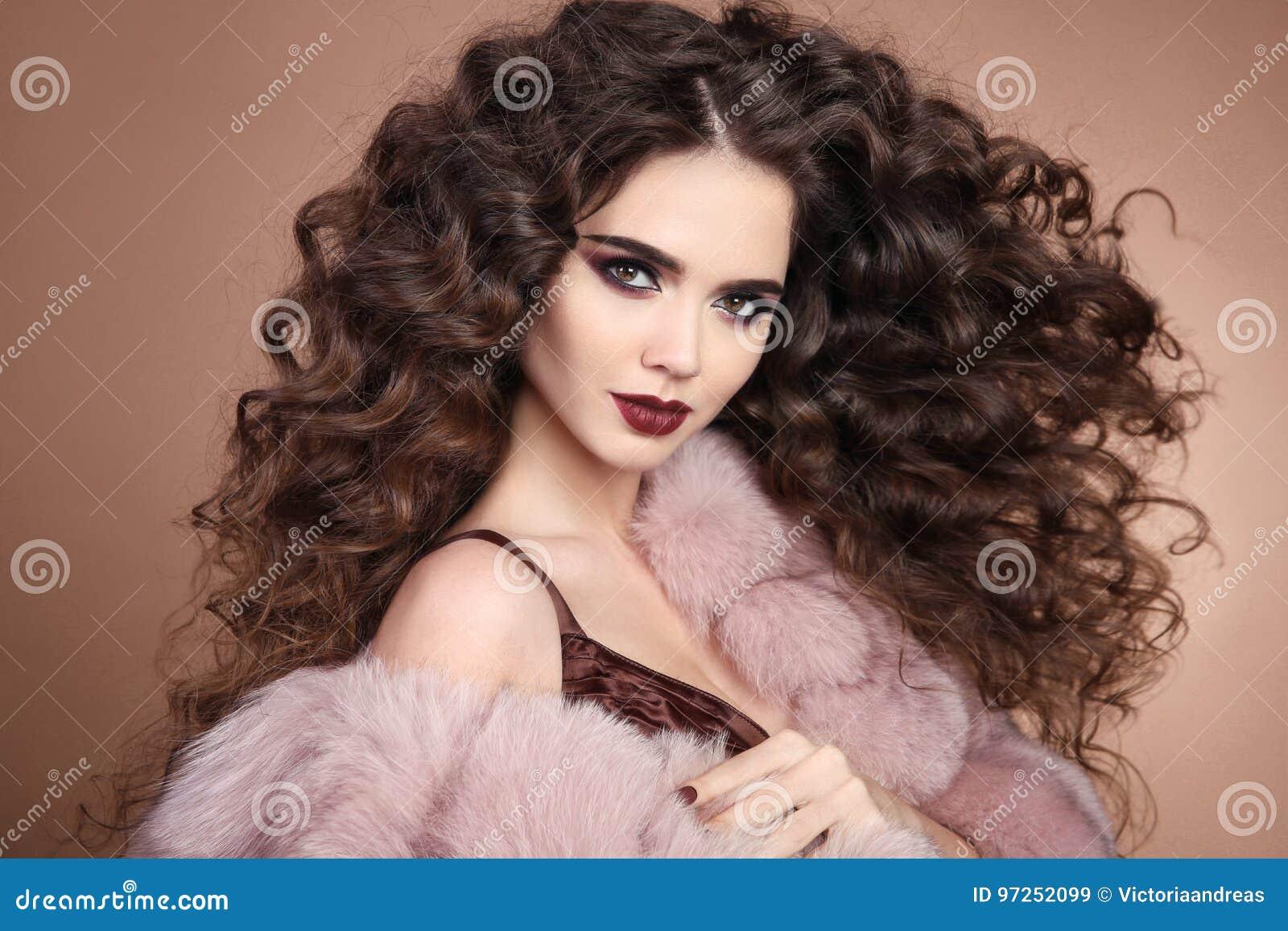 Fryzury Kręcone Włosy Mody Brunetki Dziewczyna Z Długim