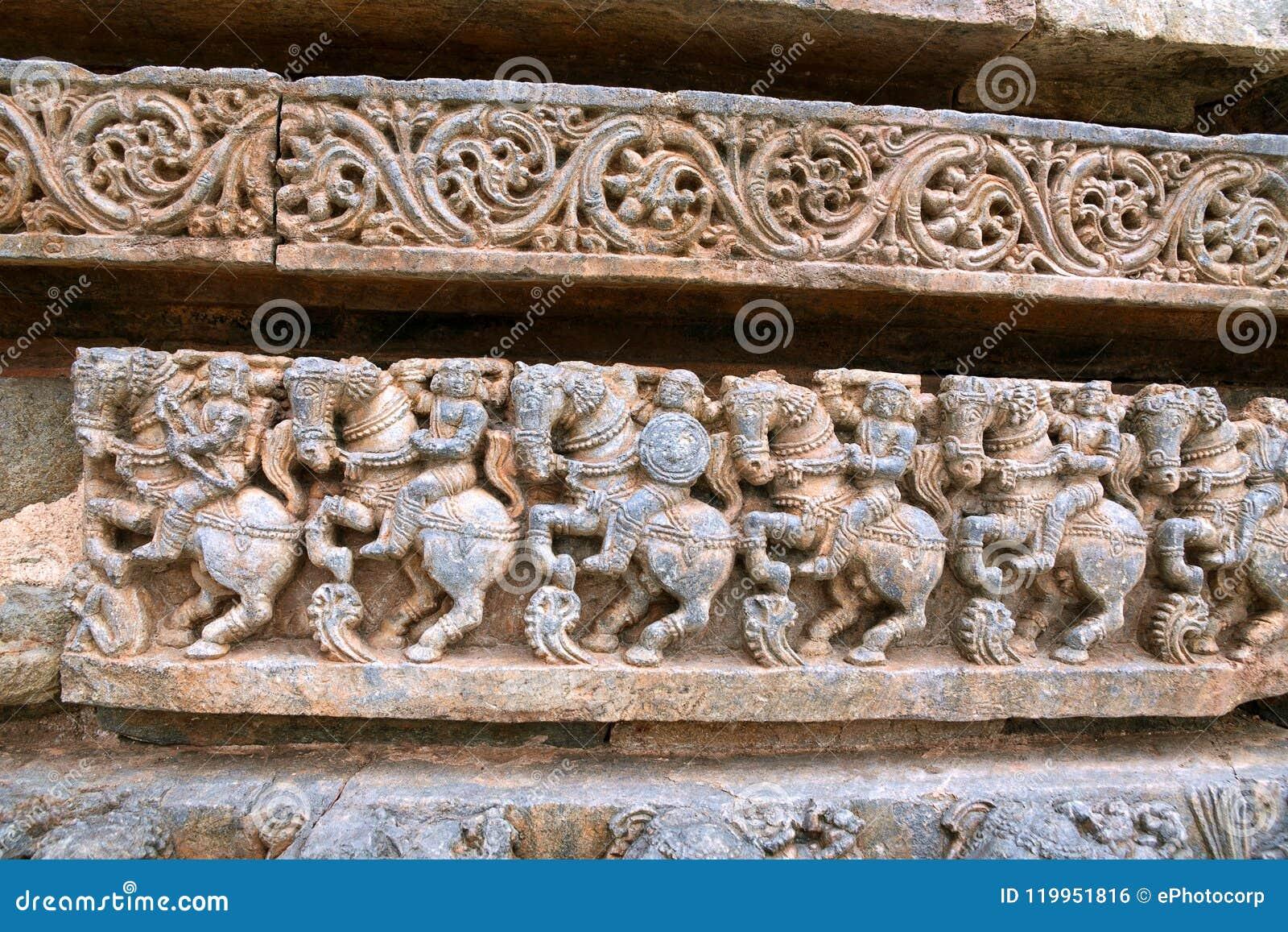 Fryzy kawaleria zmuszają, przy bazą świątynia, Kedareshwara świątynia, Halebidu, Karnataka