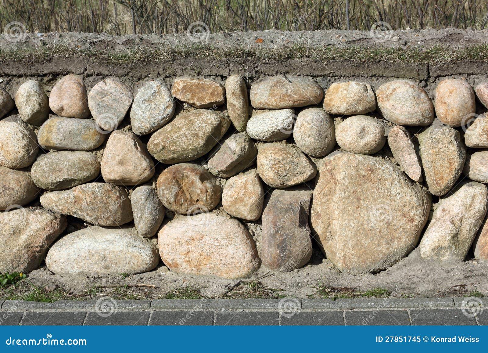 Fryzyjska kamienna ściana na wyspie Sylt, Niemcy