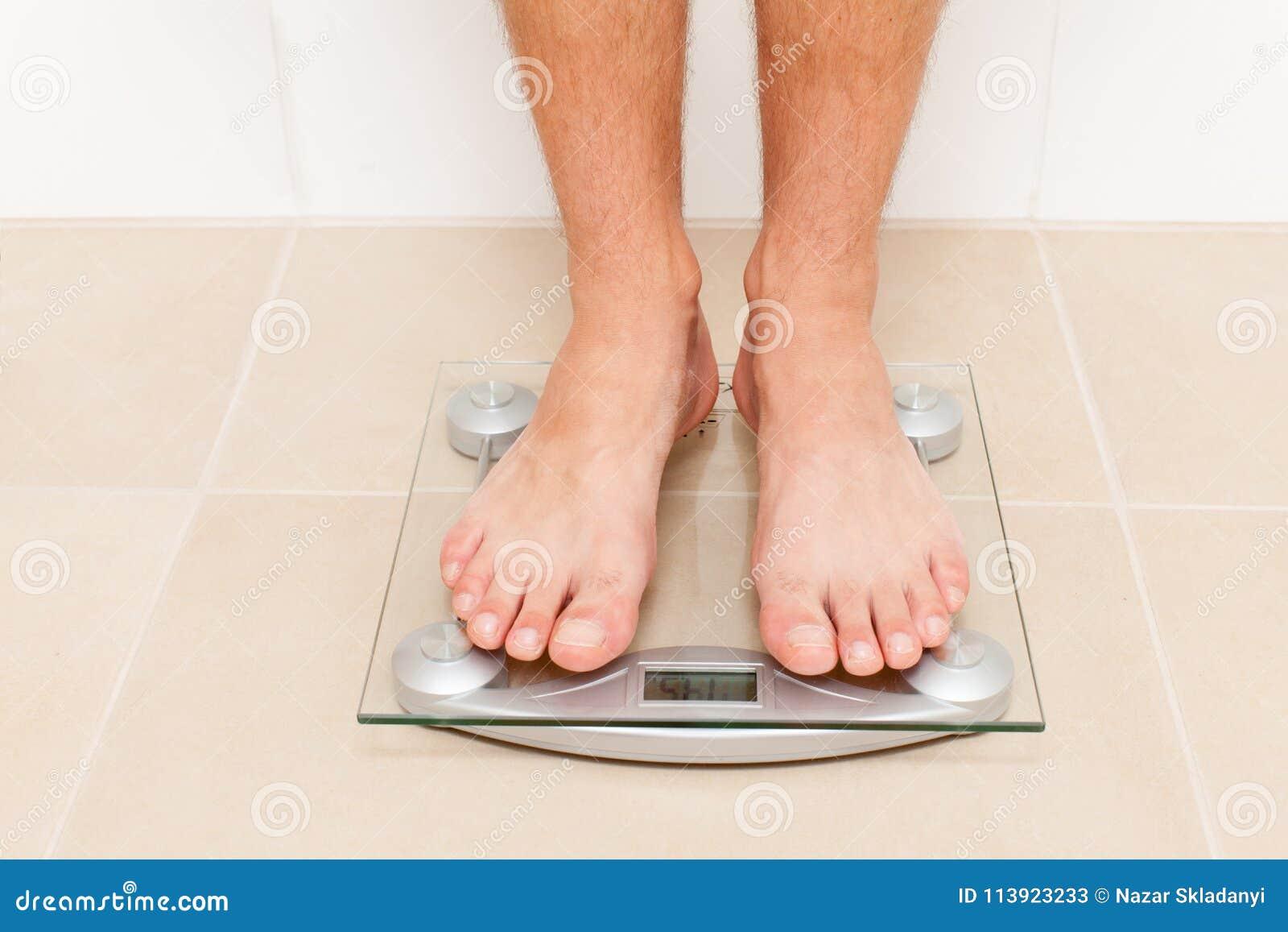 Fuß des Mannes nur auf slale im Badezimmer