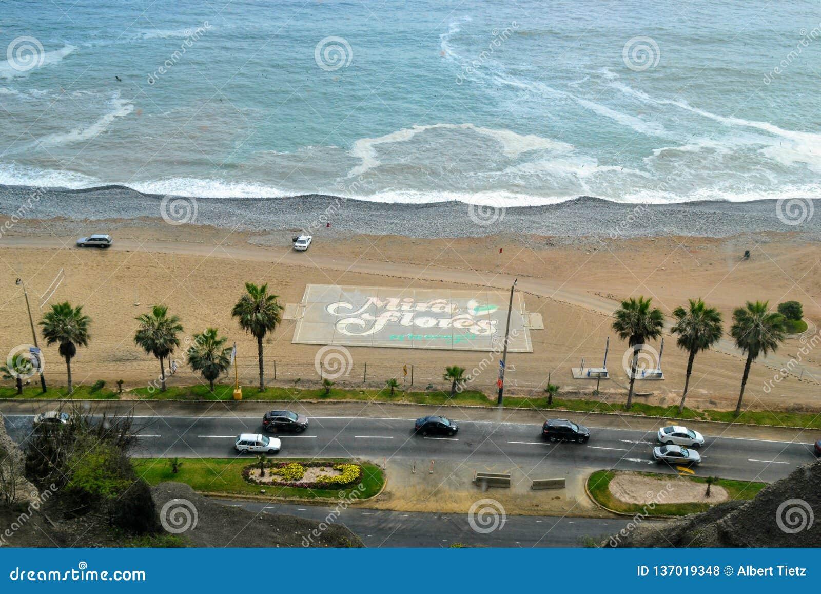 Fußballplatz mit Miraflores am Strand