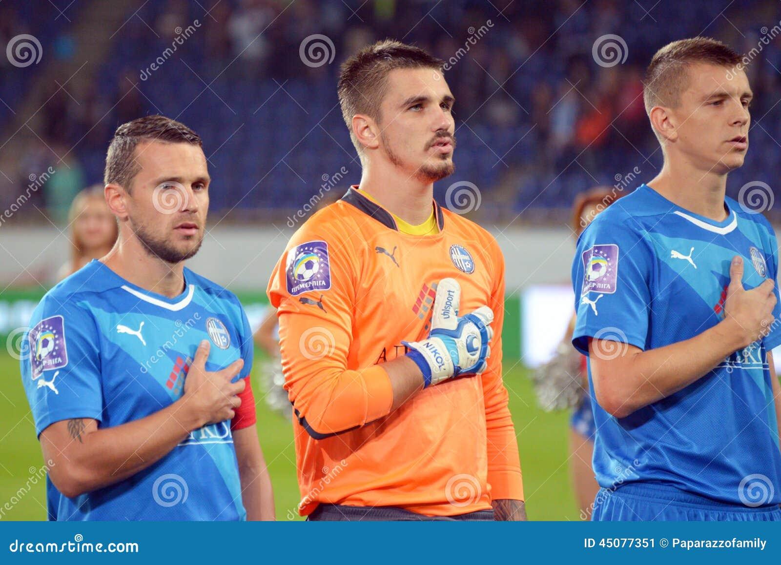 Fußballspieler hören eine Nationalhymne