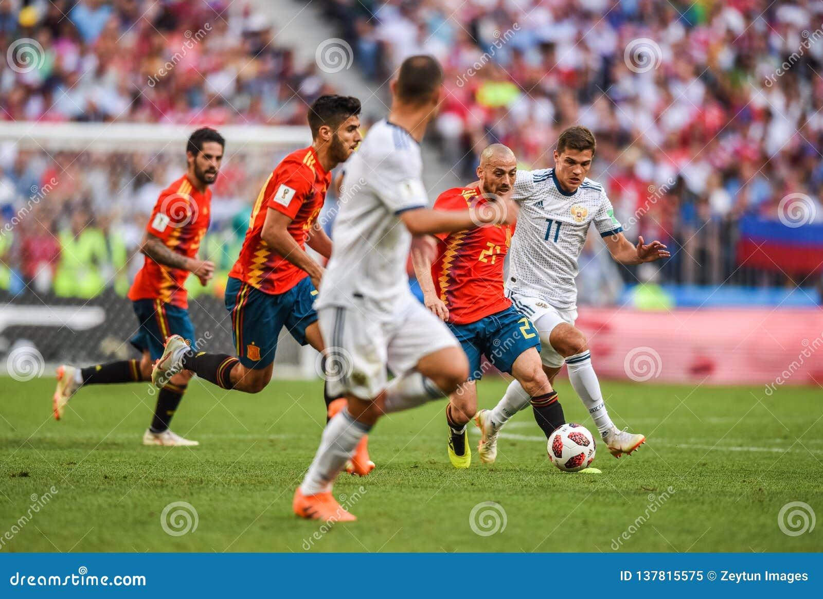 Fußballteammittelfeldspieler David Silva Spaniens nationaler gegen Russland-Mittelfeldspieler Roman Zobnin
