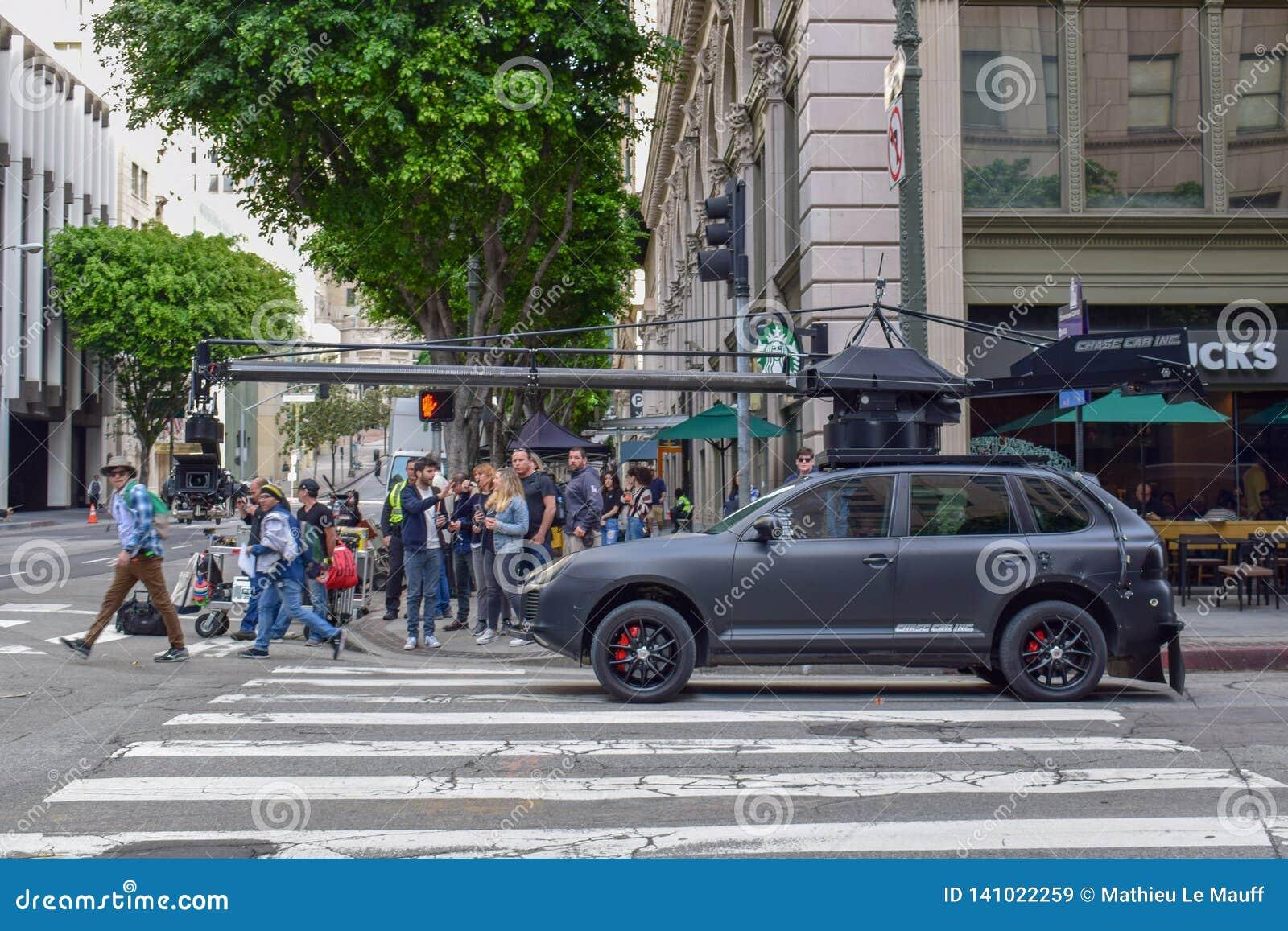 Fucilazione di film di azione a Los Angeles del centro con l automobile della macchina fotografica