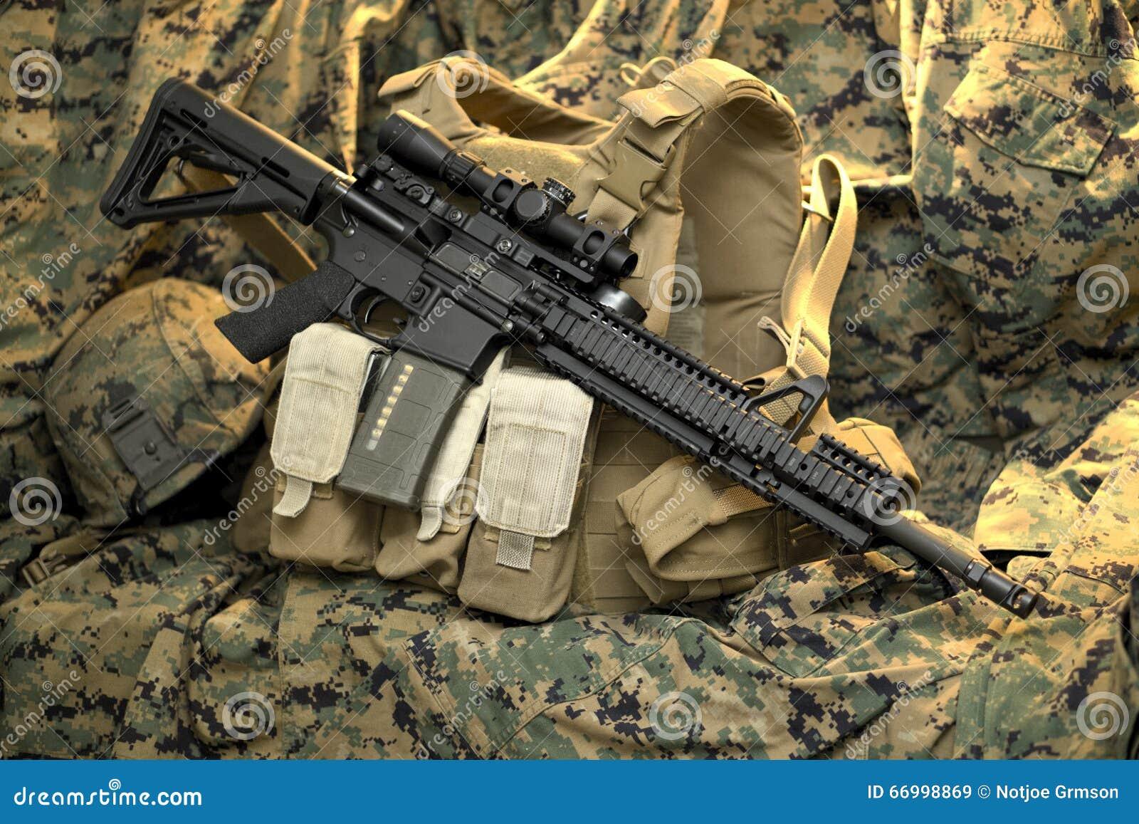 Fucile tattico che riposa sulla maglia