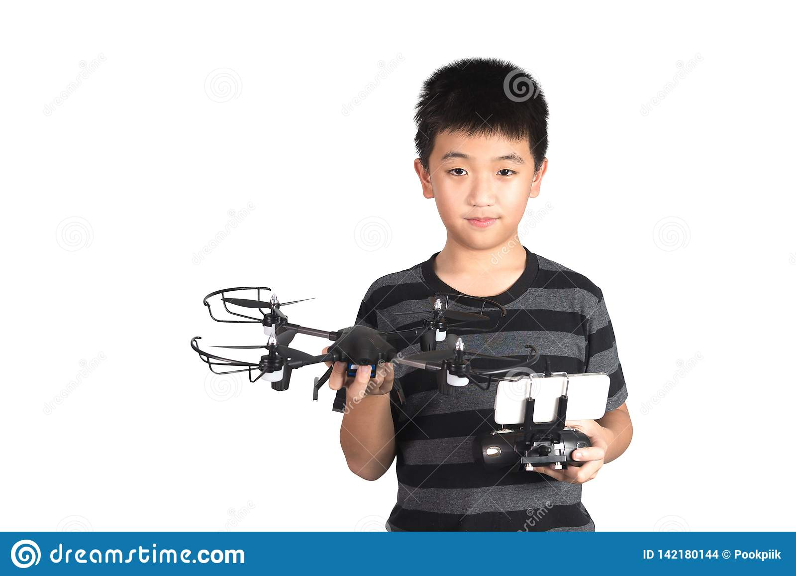 Fuco asiatico della tenuta del ragazzo e microtelefono telecomandato radiofonico per l elicottero, il fuco o l aereo, isolati su