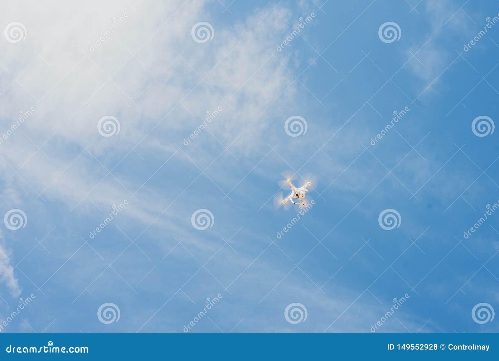 Fuco contro il cielo blu il quadcopter spara il diagramma da sopra