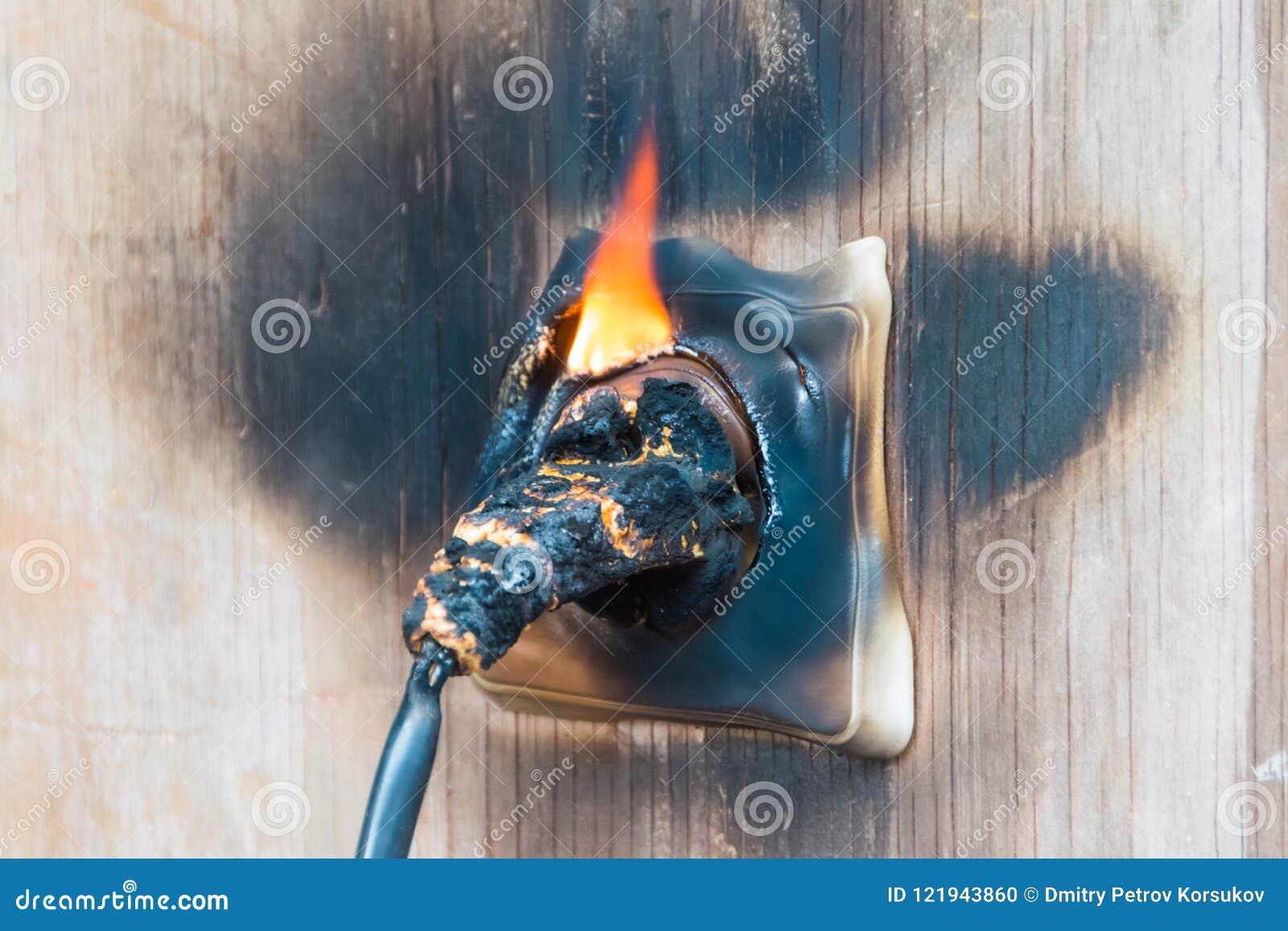 Fuego, alambre en fuego y humo