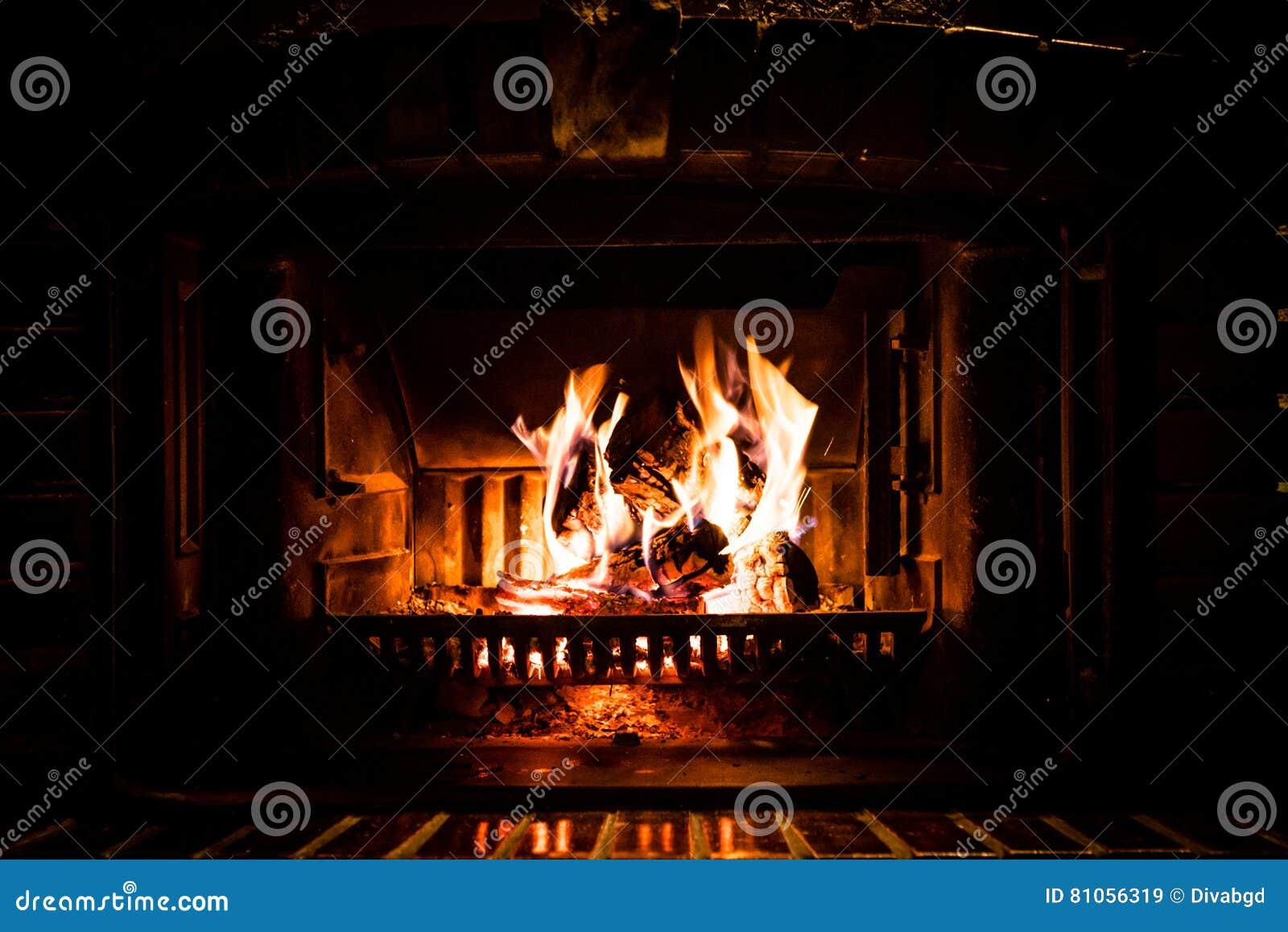 Fuego que quema en chimenea
