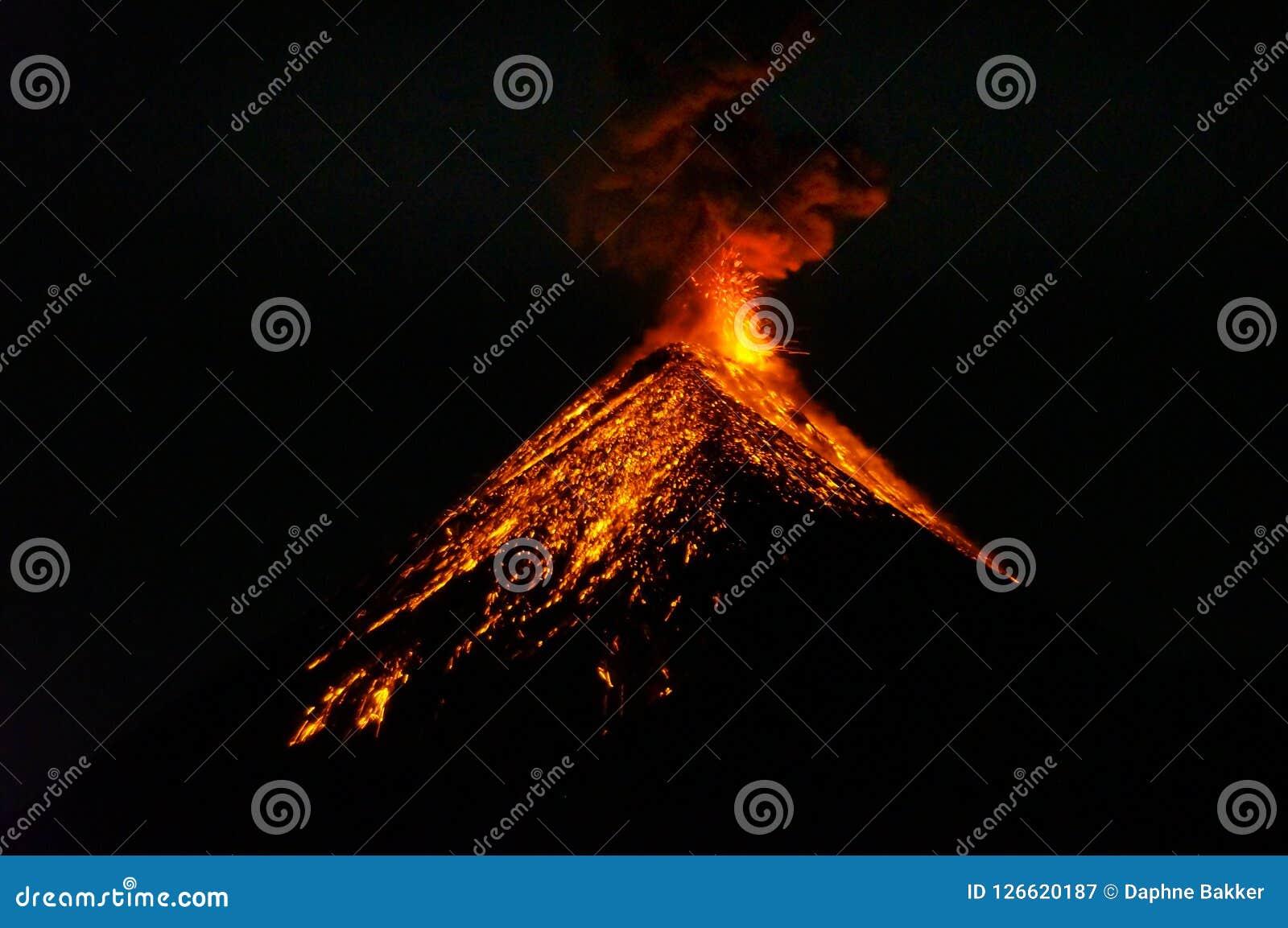 Fuego vulkanutbrott vid natt