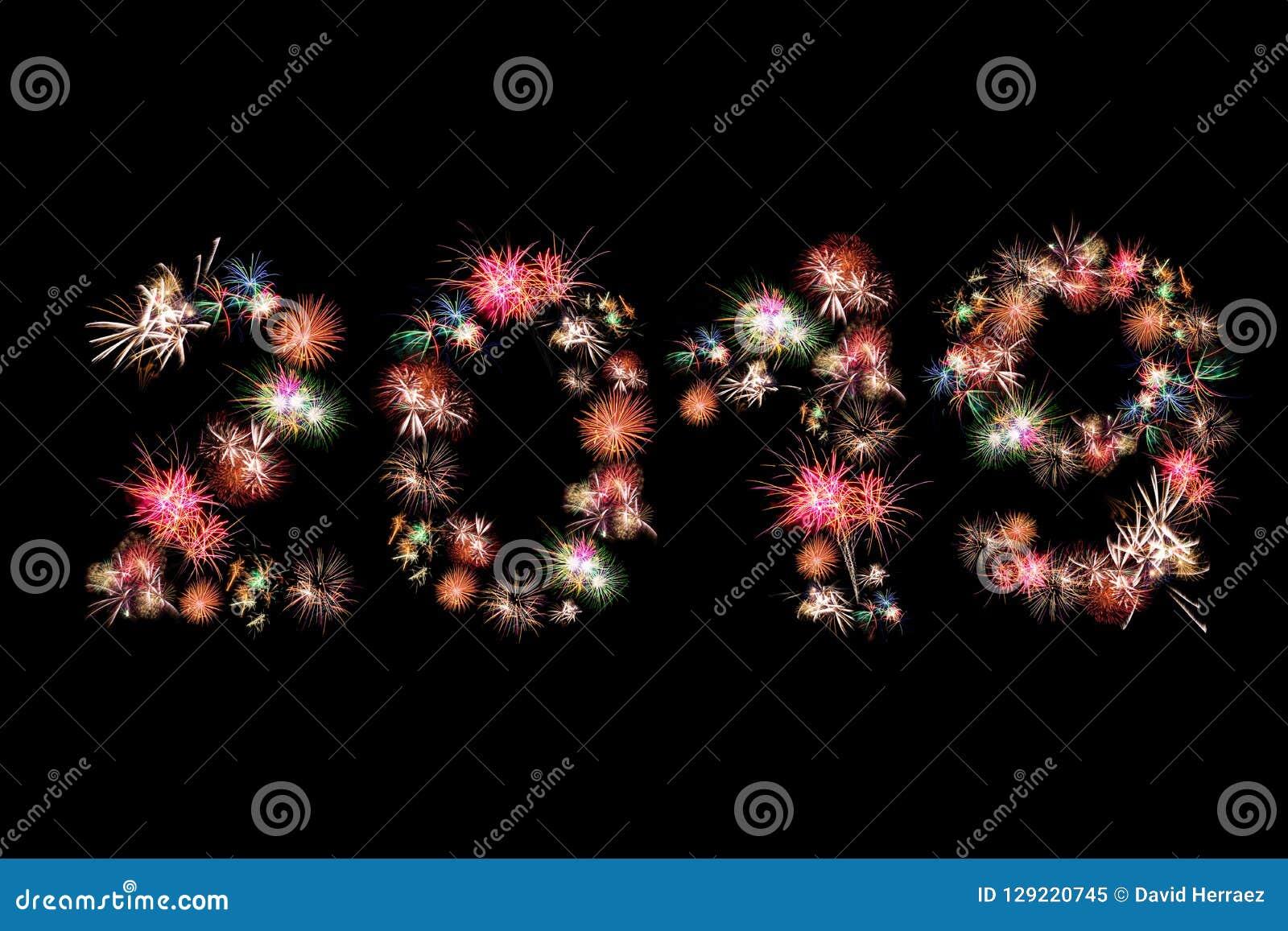 Fuegos artificiales de la Feliz Año Nuevo 2019 coloridos