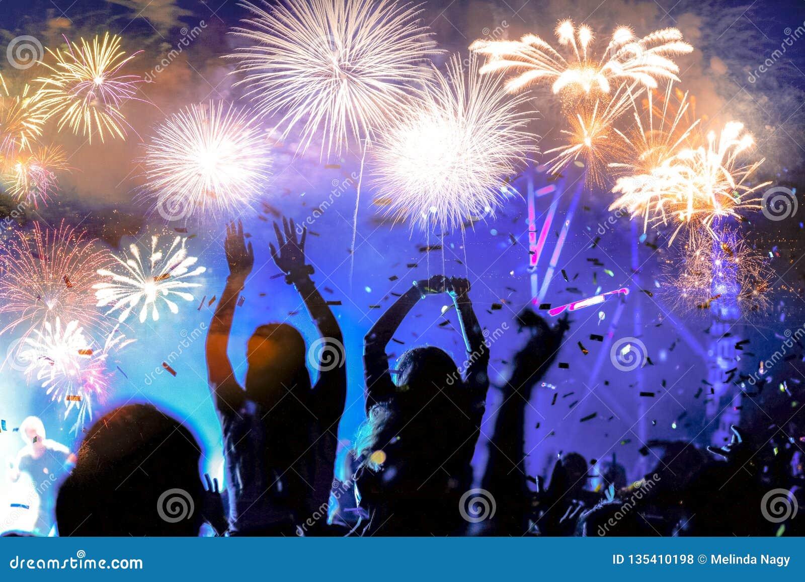 Fuegos artificiales de observación de la muchedumbre - fondo abstracto del día de fiesta de las celebraciones del Año Nuevo