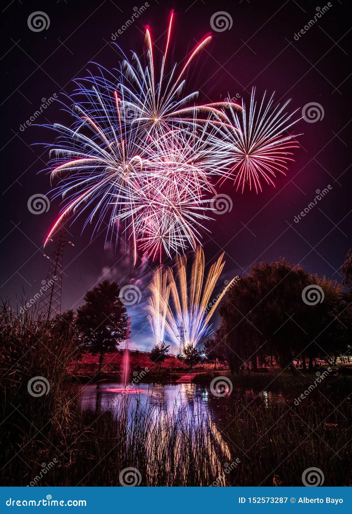 Fuegos artificiales en la noche en Año Nuevo