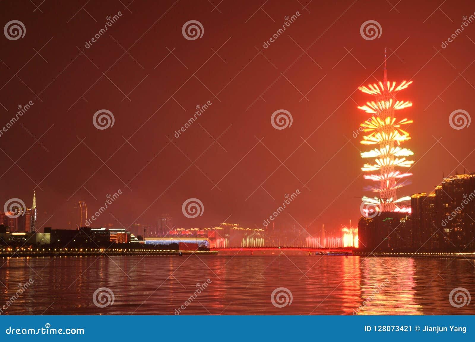 Fuegos artificiales en la torre Guangzhou China del cantón