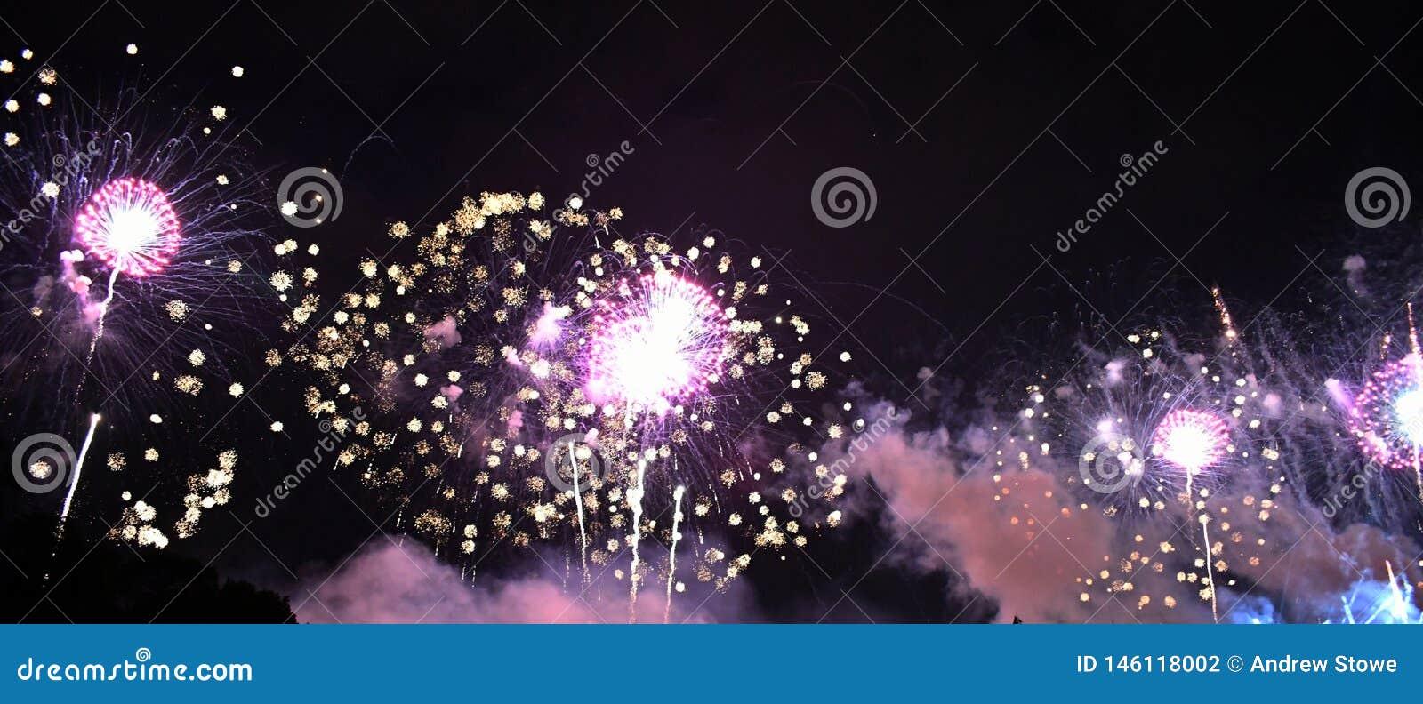 Fuegos artificiales púrpuras en cielo