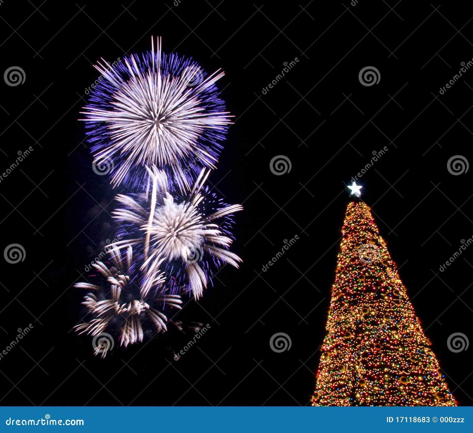 Fuegos artificiales sobre el rbol de navidad fotos de - Arboles de navidad artificiales ...