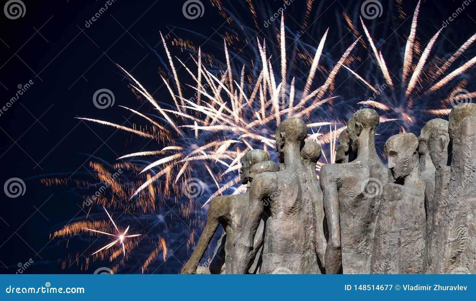 Fuegos artificiales sobre el monumento la tragedia de la gente en Victory Park en la colina Gora, Mosc?, Rusia de Poklonnaya