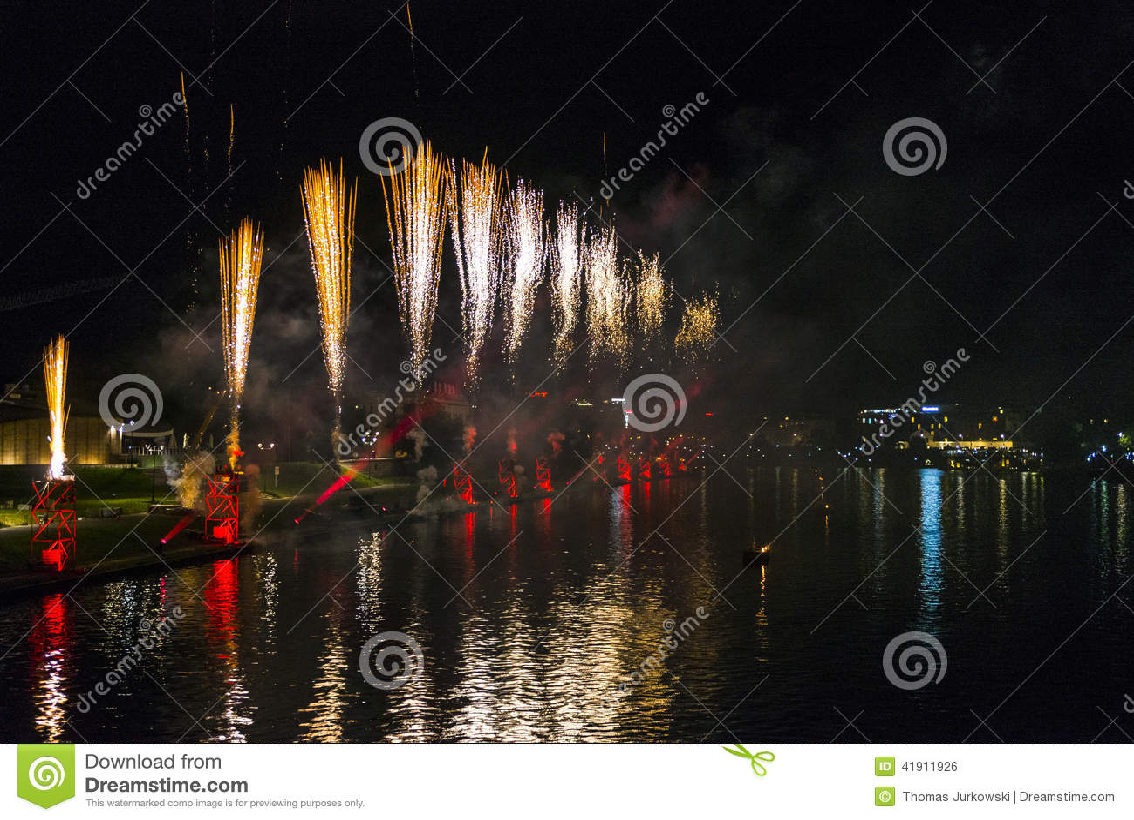 Fuegos artificiales sobre el río Vistula en Kraków