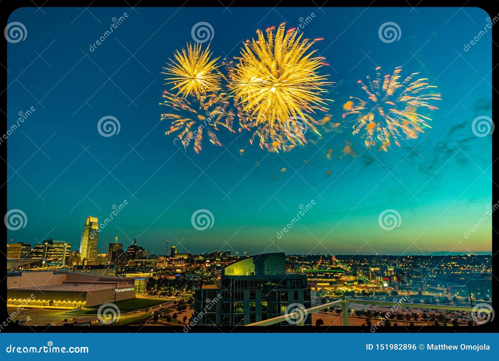 Fuegos artificiales sobre Omaha Nebraska céntrico en la noche