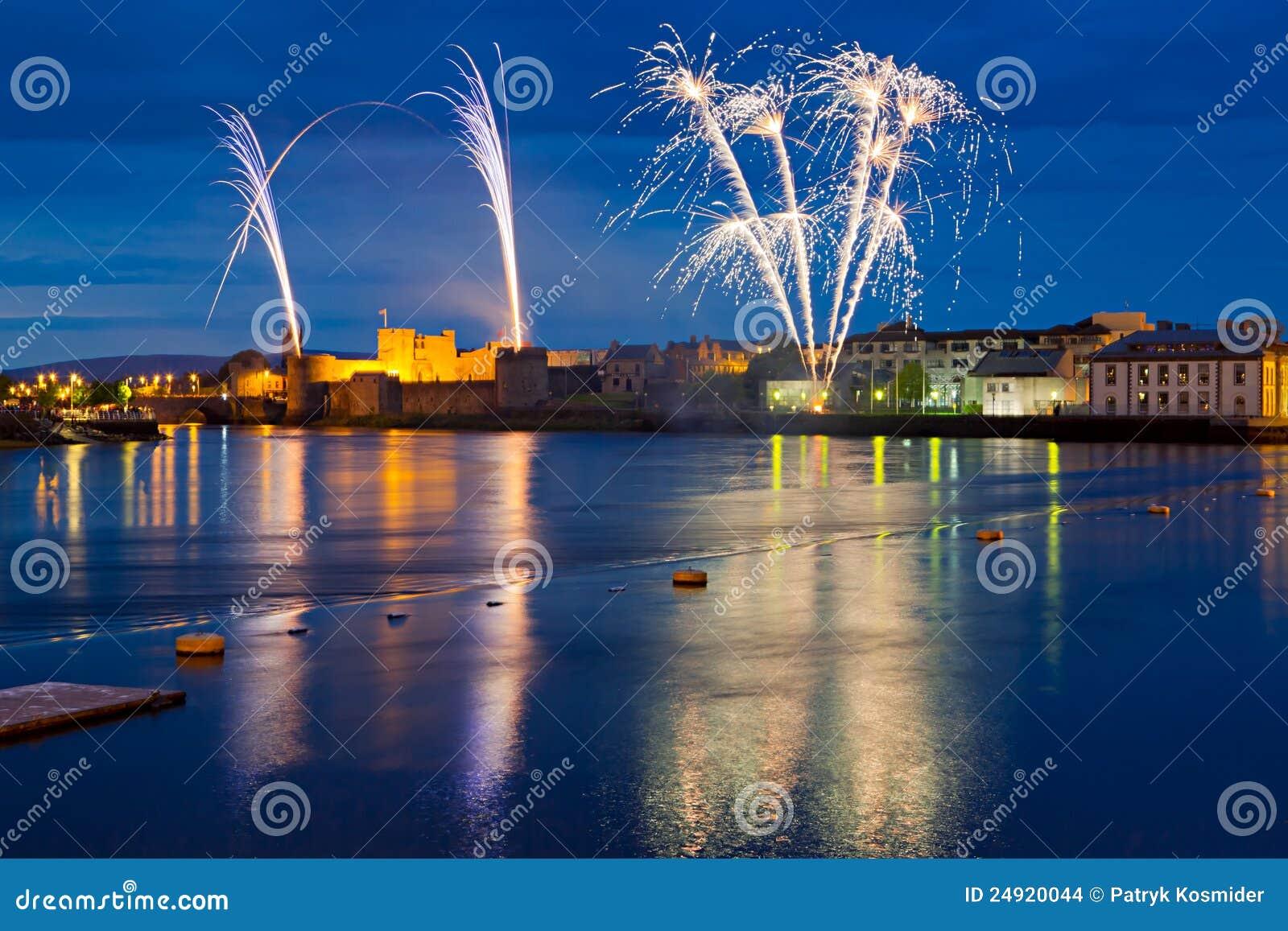 Fuegos artificiales sobre rey Juan Castle en quintilla