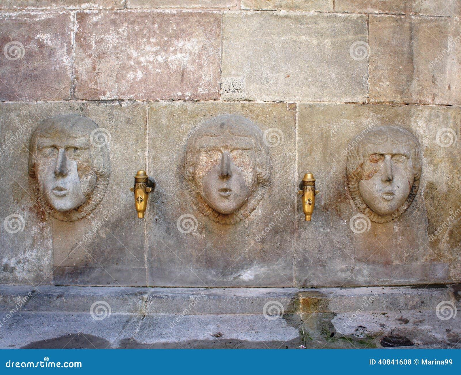 Fuente de agua de la bebida de la calle antigua en Barri Gotic, Barcelona
