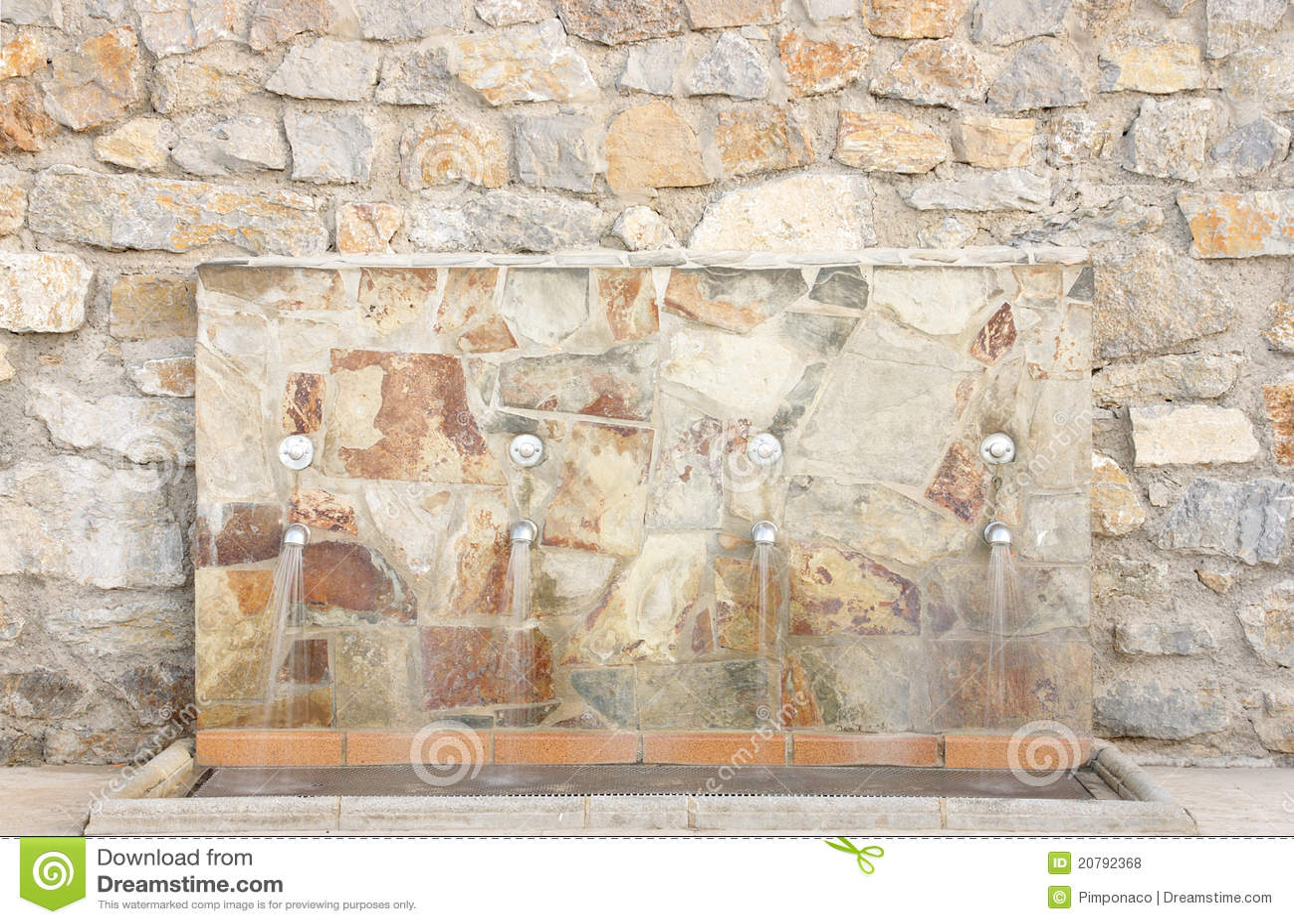 Fuente de agua en la pared de la piedra foto de archivo - Pared de piedra ...