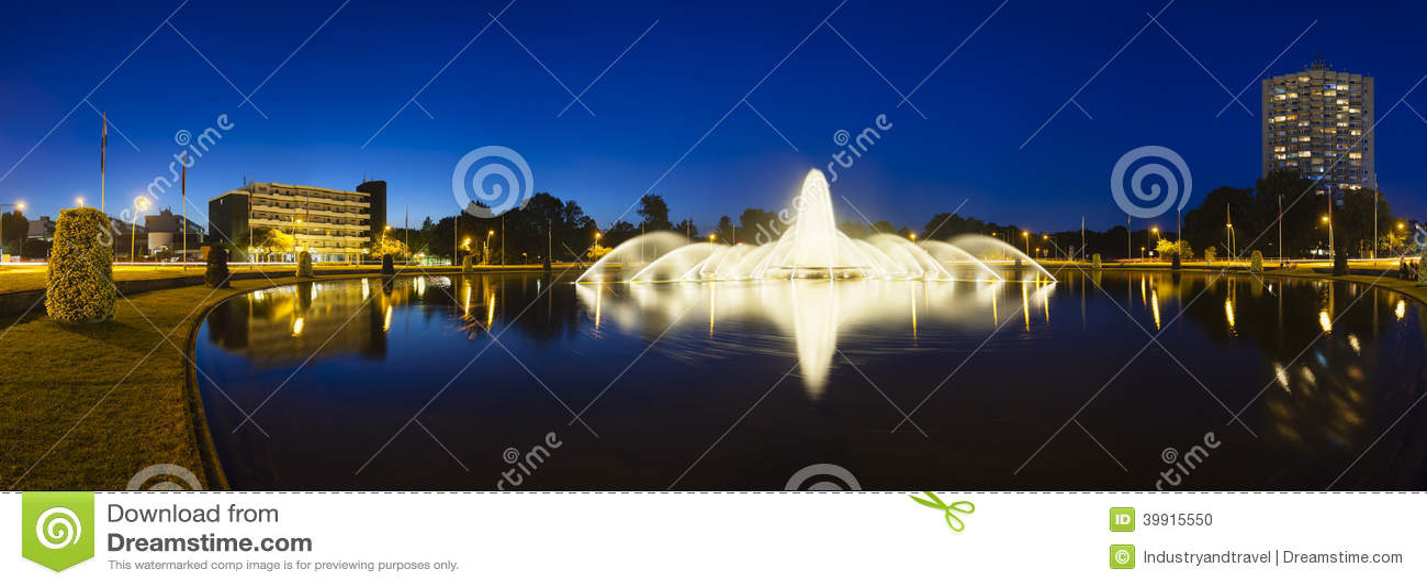 Fuente de Aquisgrán Europaplatz en la noche