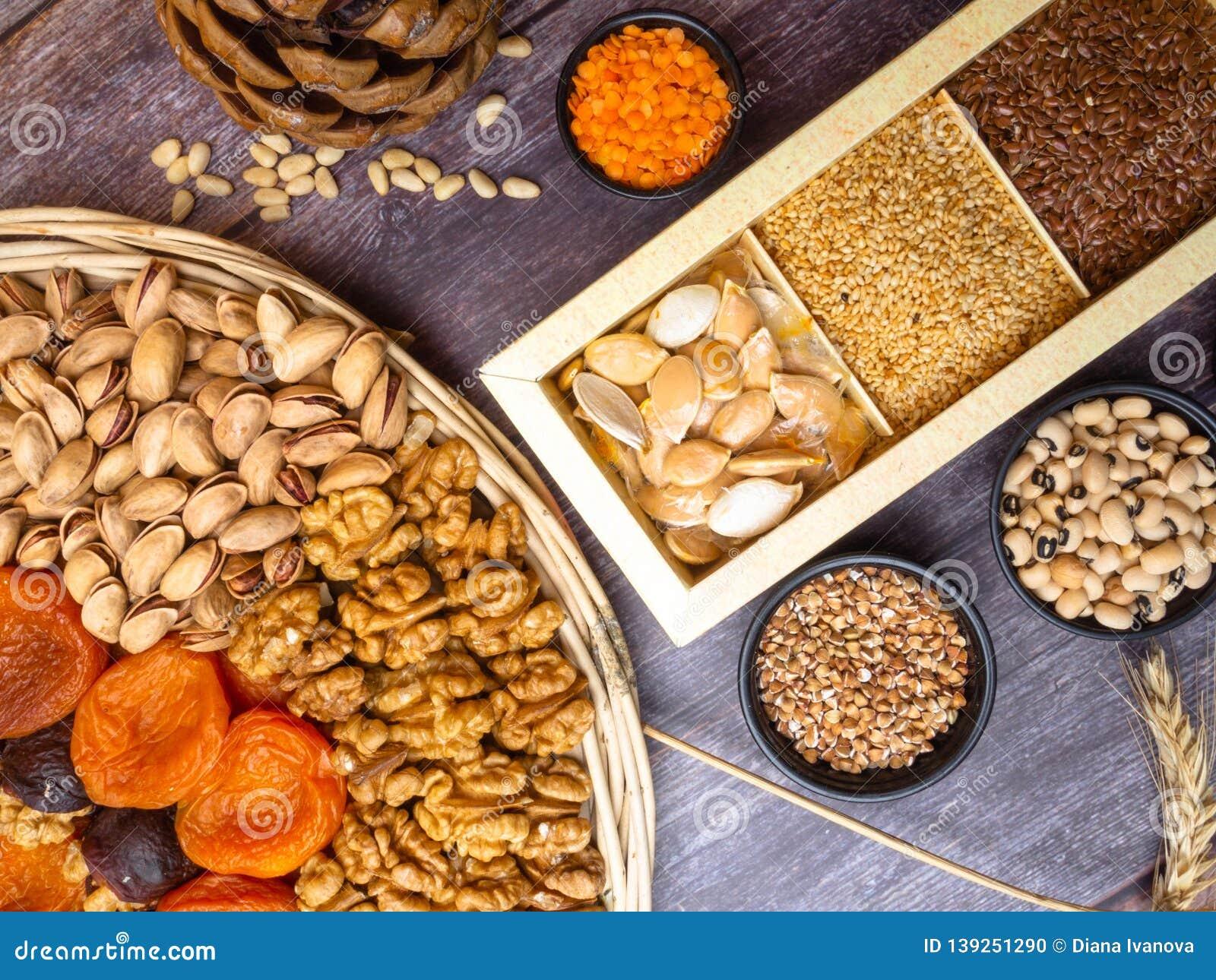 Fuente de la proteína del vegano Habas, lentejas, nueces y semillas Opinión superior sobre la tabla de madera Alimento vegetarian