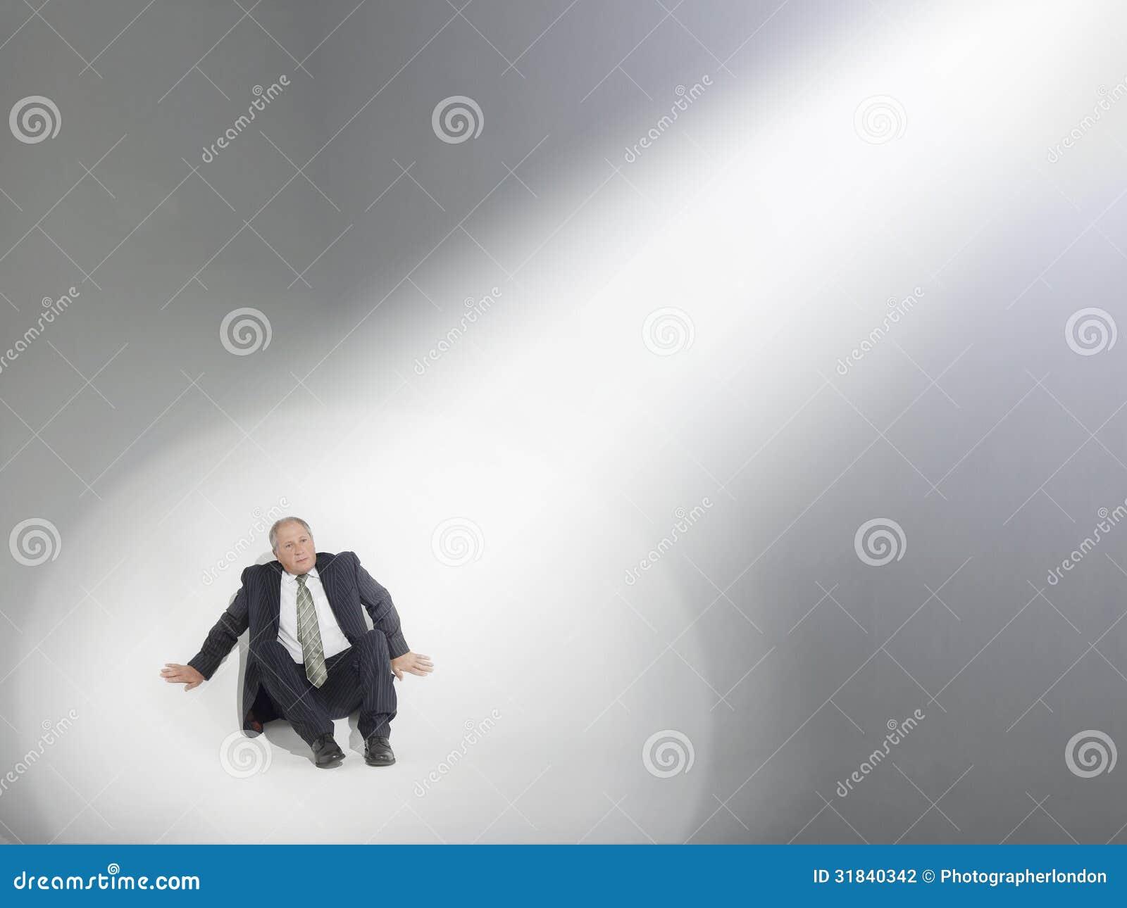 Fuente de Looking Up At del hombre de negocios de proyector