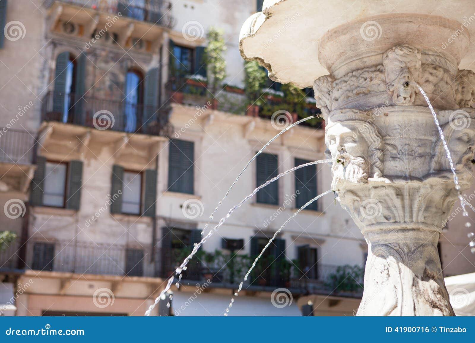 Fuente de mármol antigua en Verona, Italia