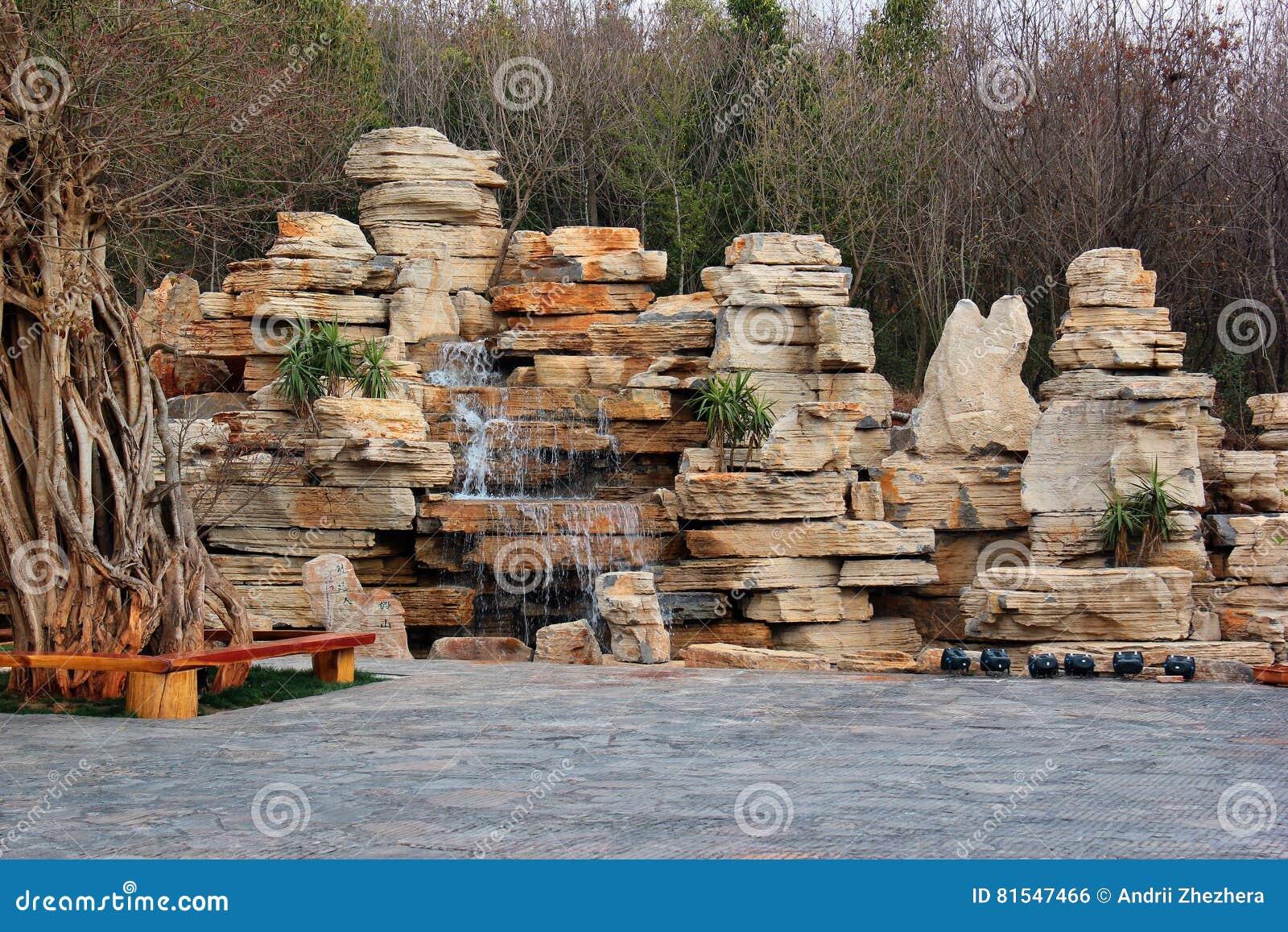 fuente decorativa de la cascada de la cascada en un jardn foto de archivo