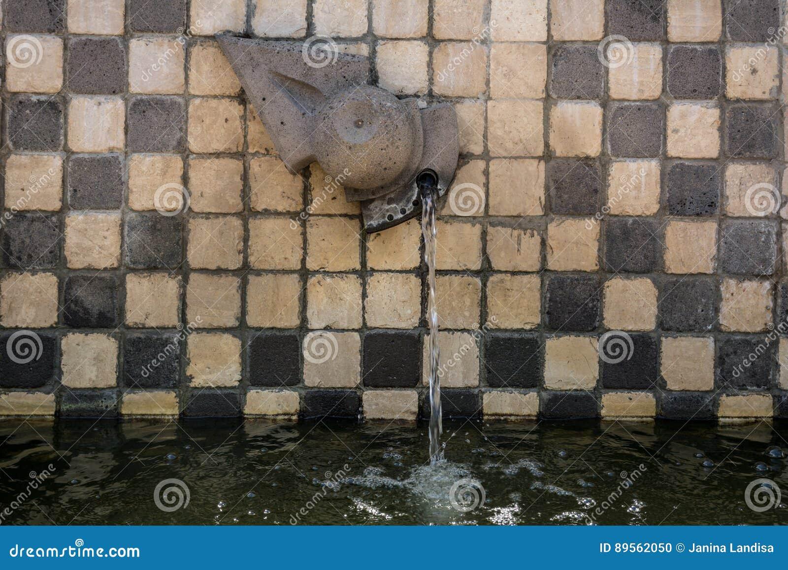 Fuente del zodiaco en Tinnura, Cerdeña