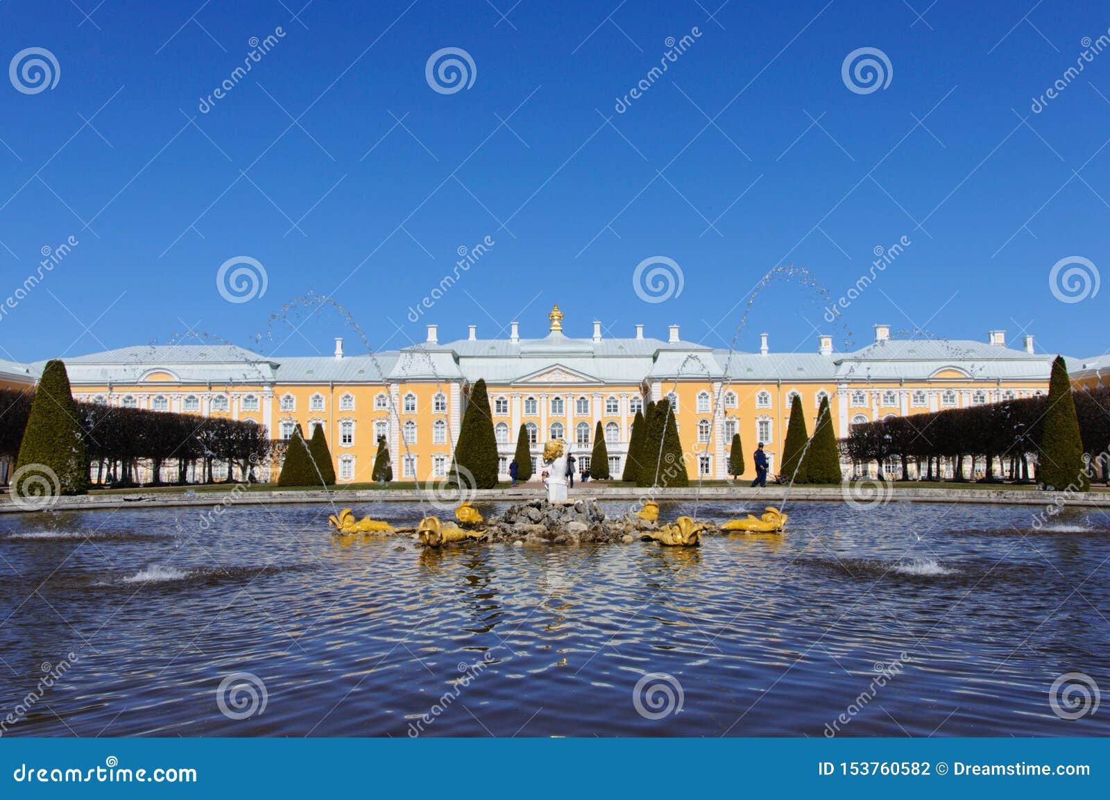 Fuente delante del palacio de Peterhof en Rusia