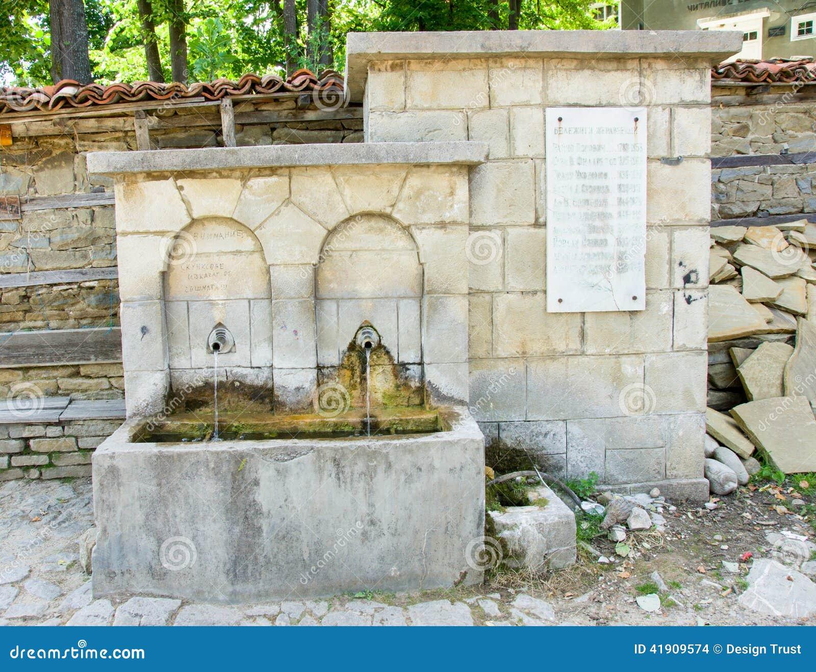 Fuente mineral en pueblo balcánico