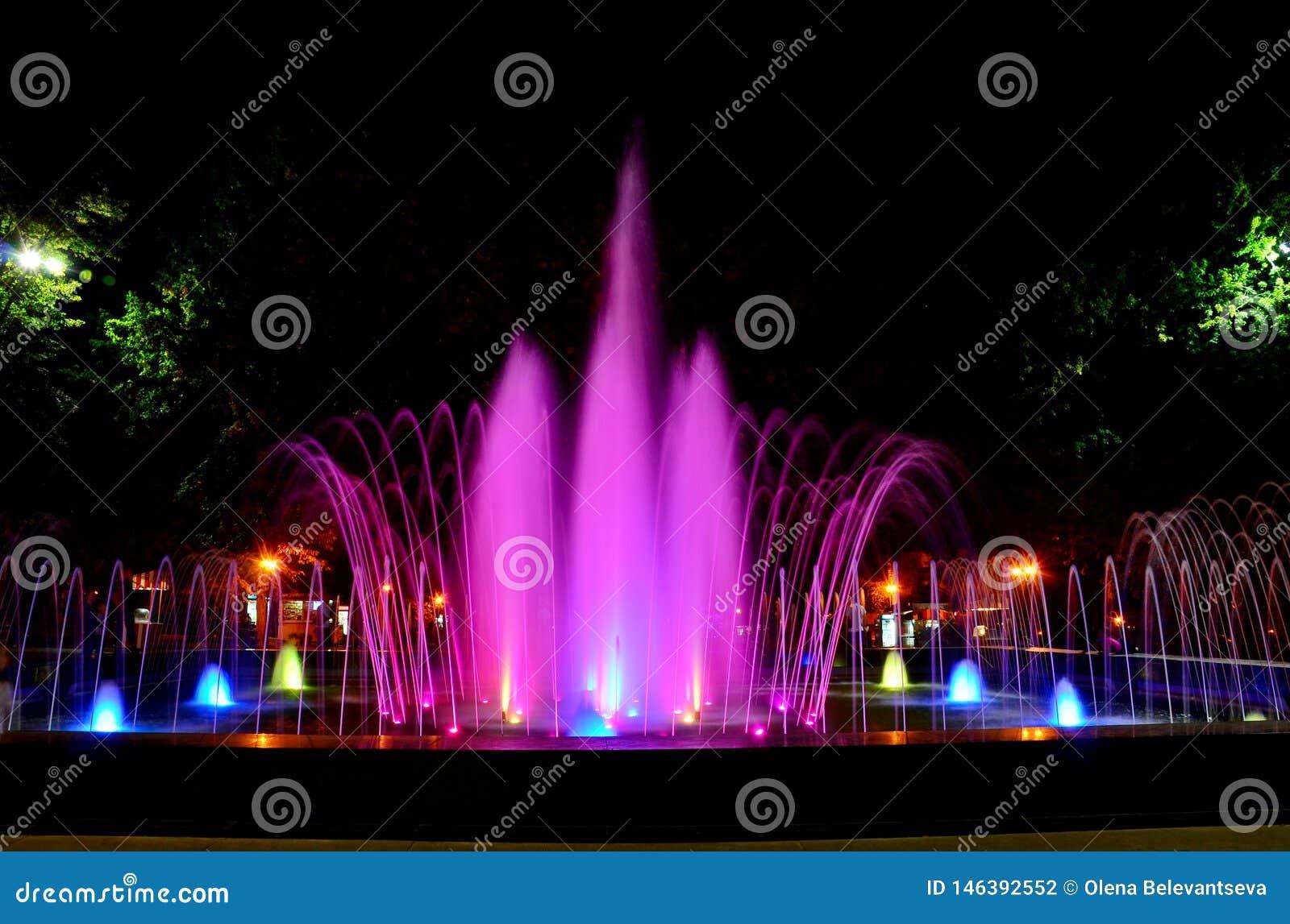 Fuente musical multicolora hermosa en Kharkov, Ucrania