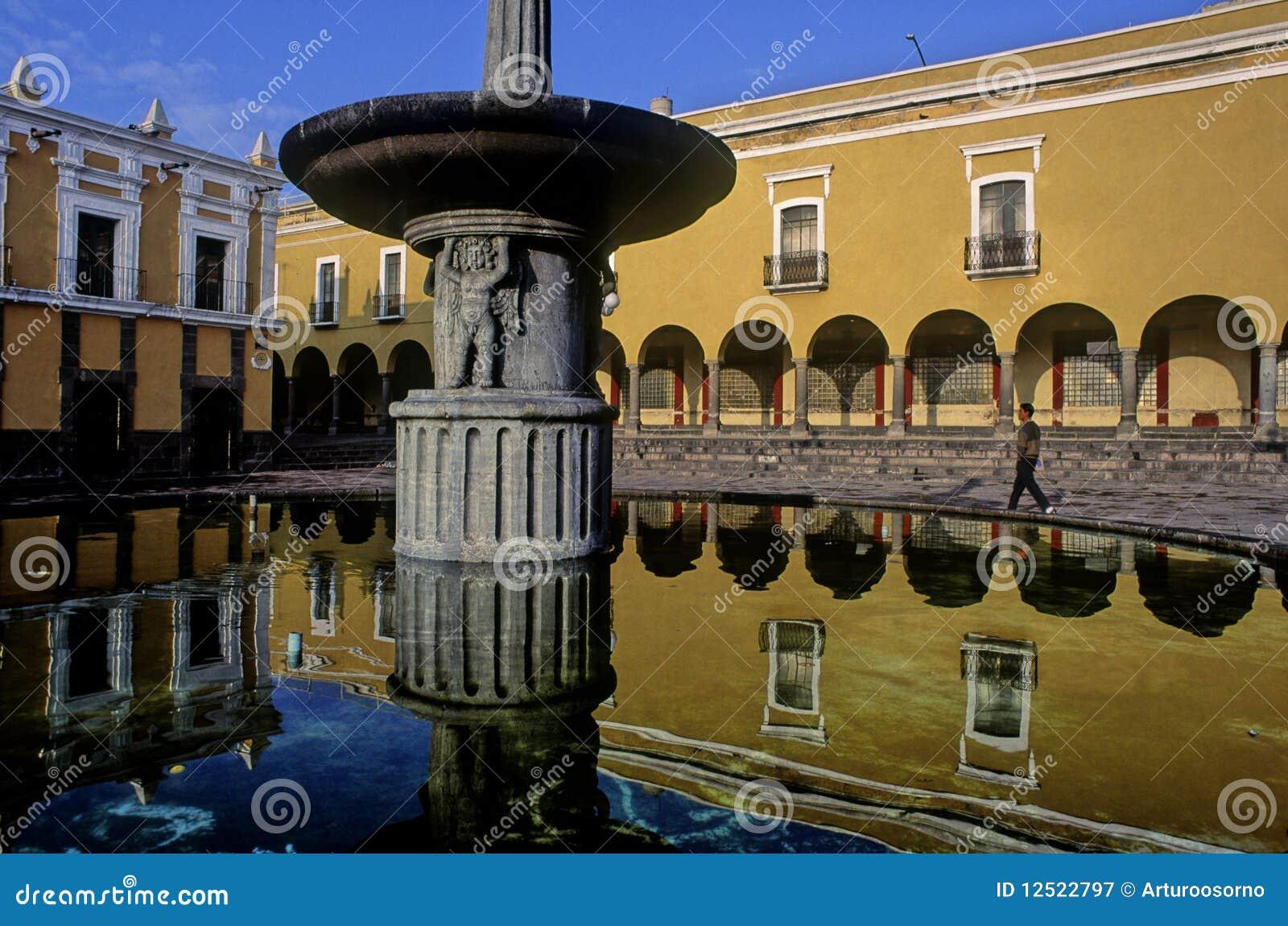 Fotografía de archivo libre de regalías: Fuente reflejada en Puebla