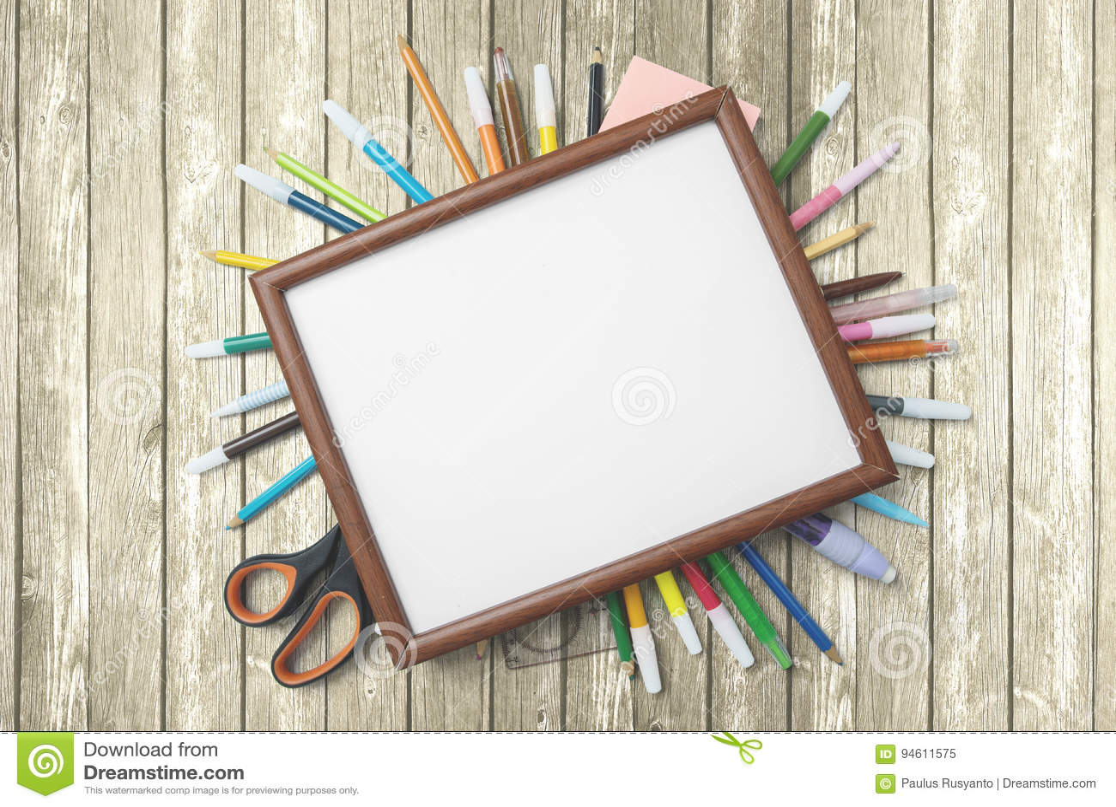 Fuentes de escuela con el marco vacío en la tabla