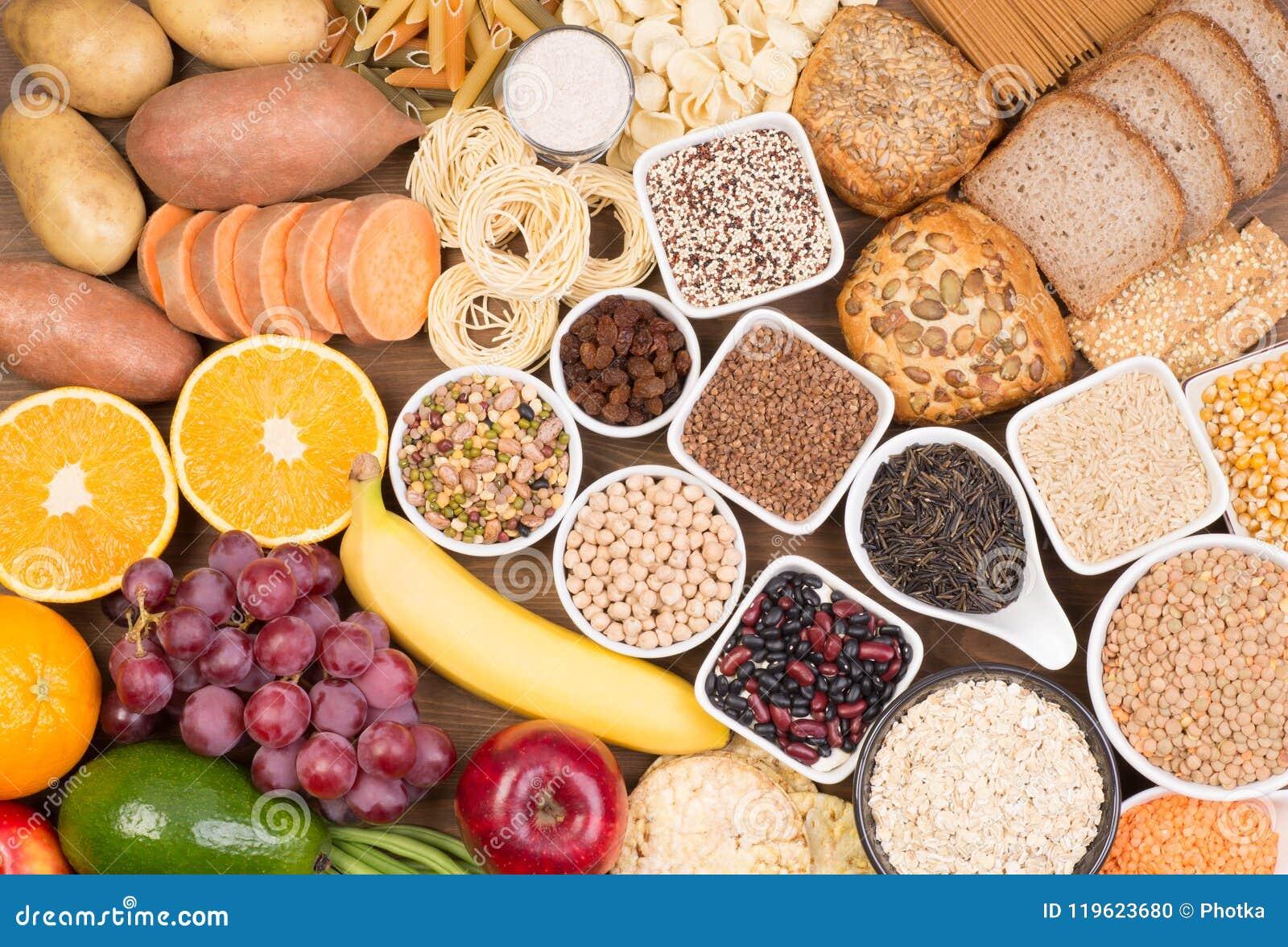 Fuentes de la comida de los carbohidratos, opinión superior sobre una tabla
