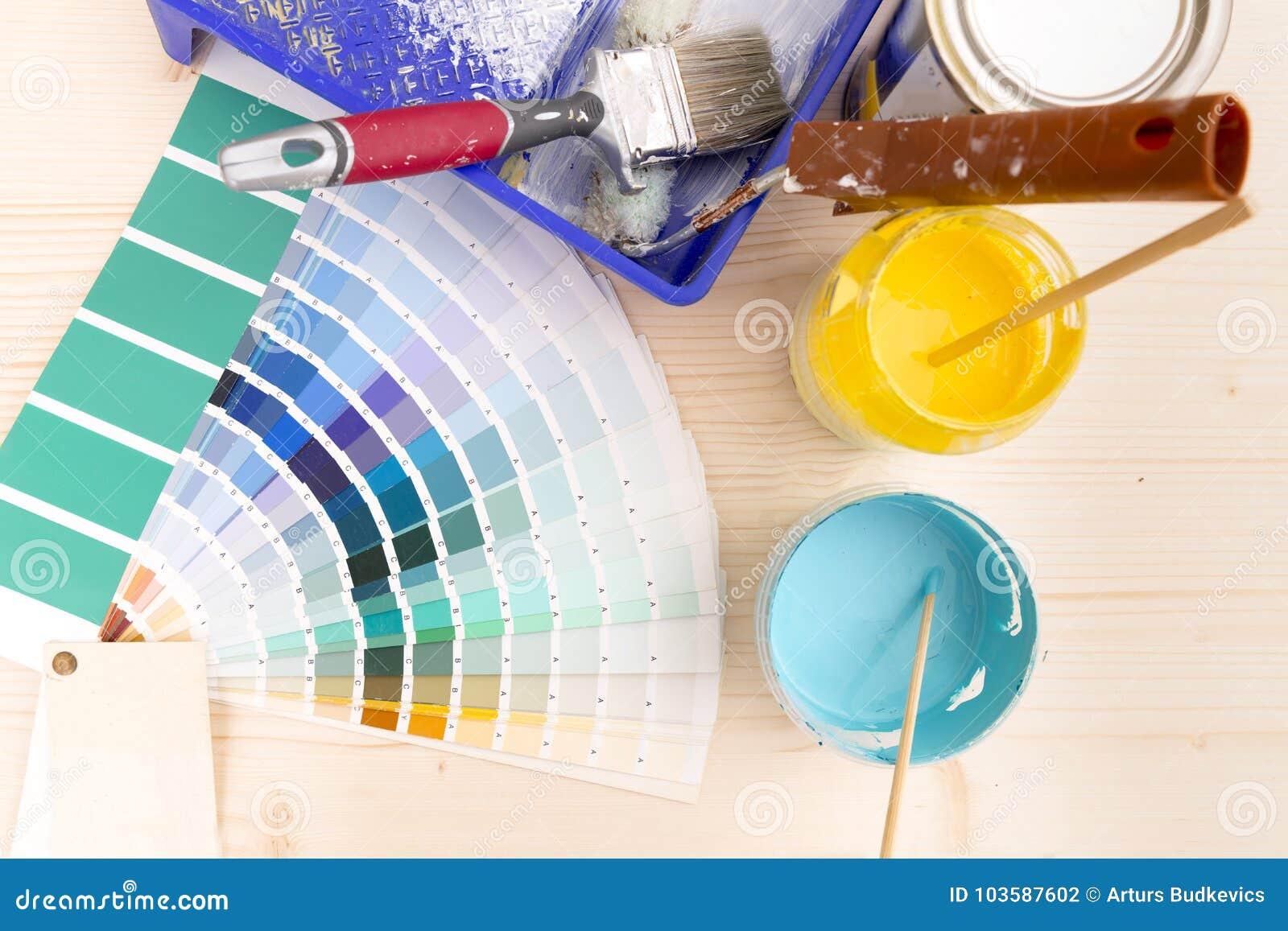 Fuentes de la guía y de la pintura de la paleta de colores, brochas y cuesta