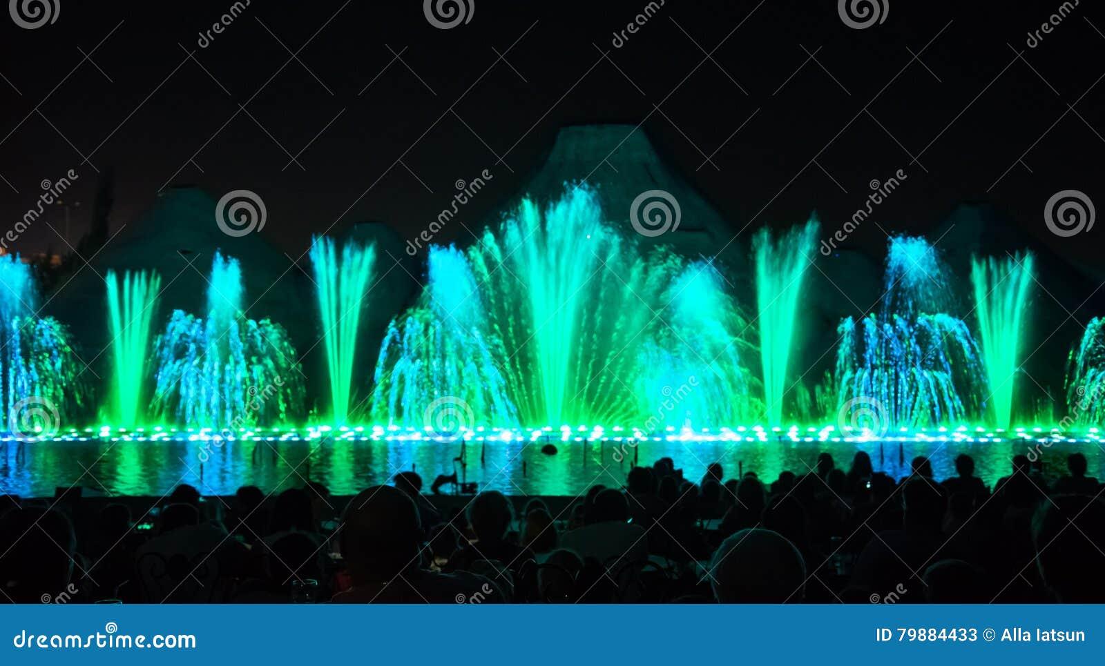 Fuentes del canto Fuentes coloreadas que brillan intensamente y demostración del laser